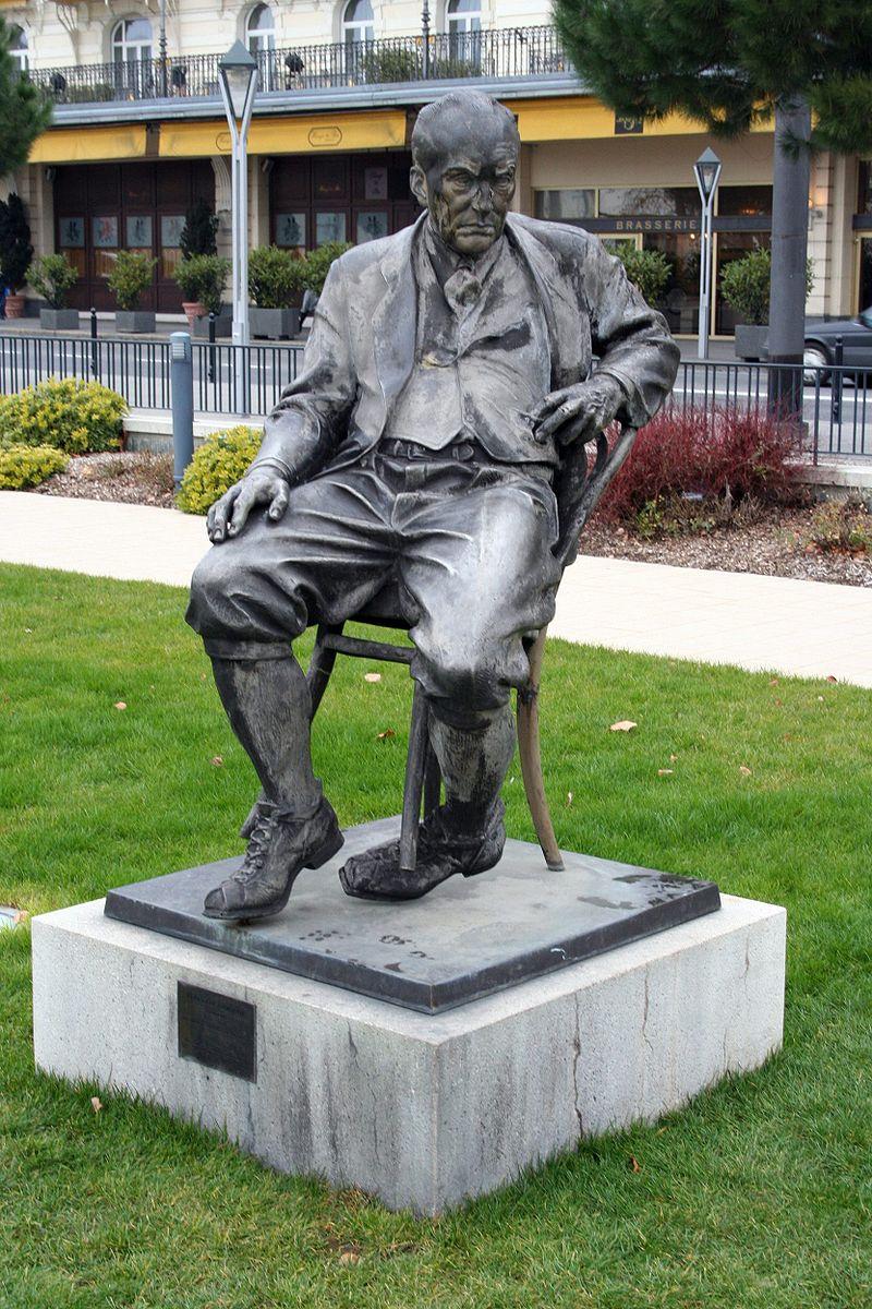 تمثال لفلاديمير نابوكوف في سويسرا
