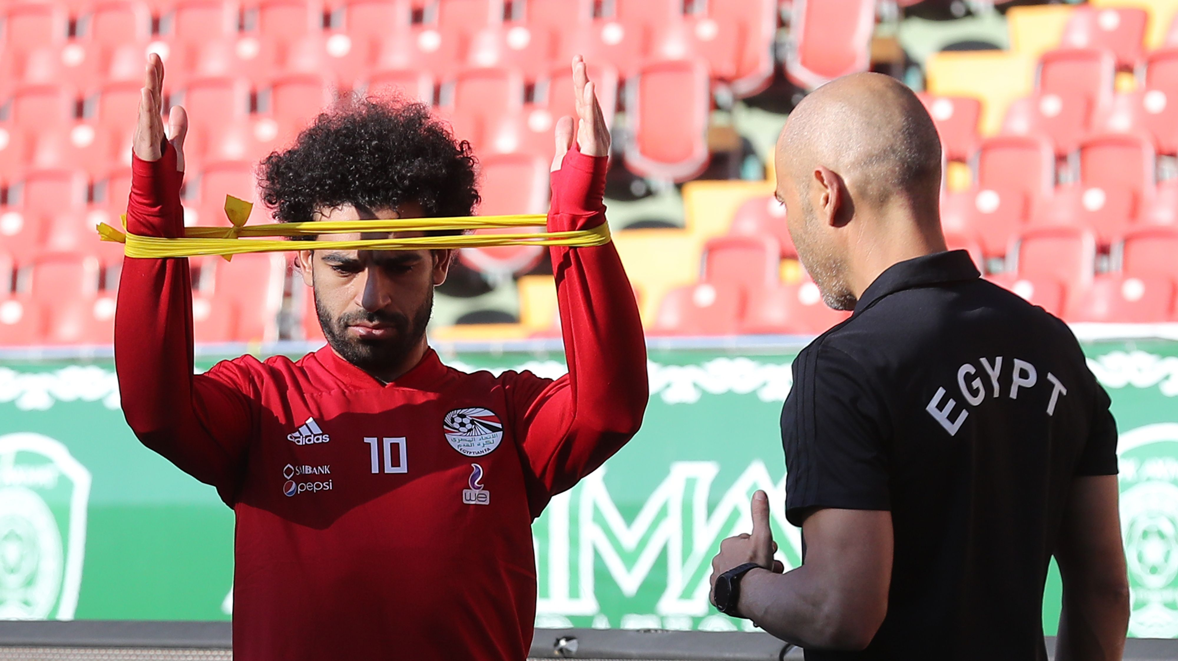 طبيب ليفربول مع صلاح فى مران المنتخب