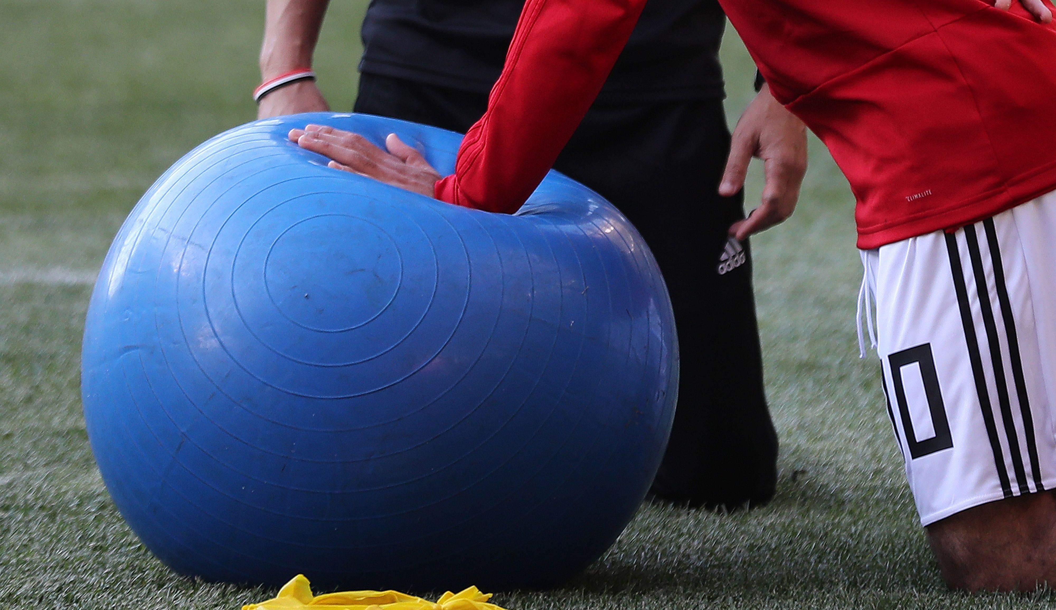 صلاح يستخدم الكرة الطبية