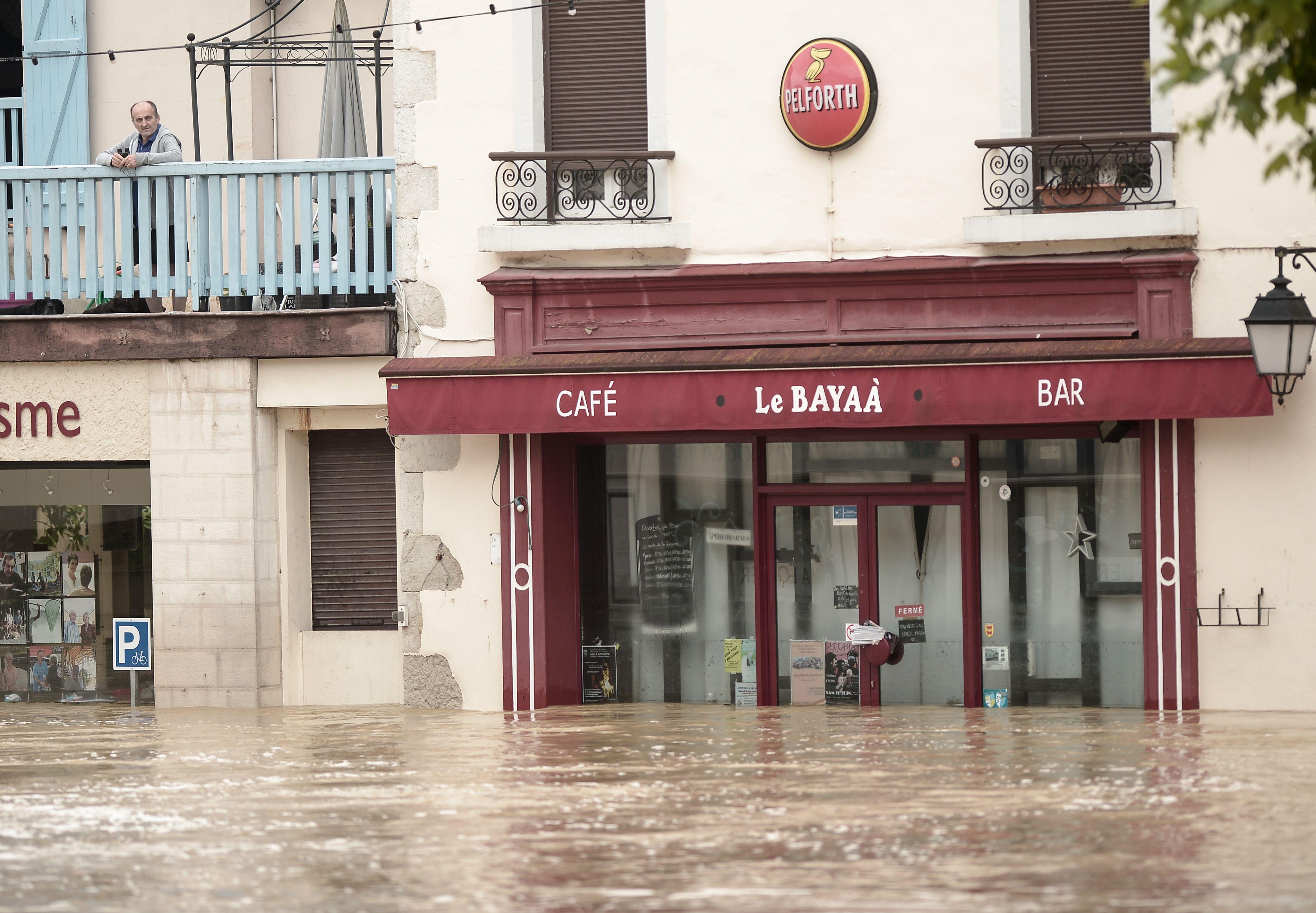 المياه تغمر البيوت والمحلات