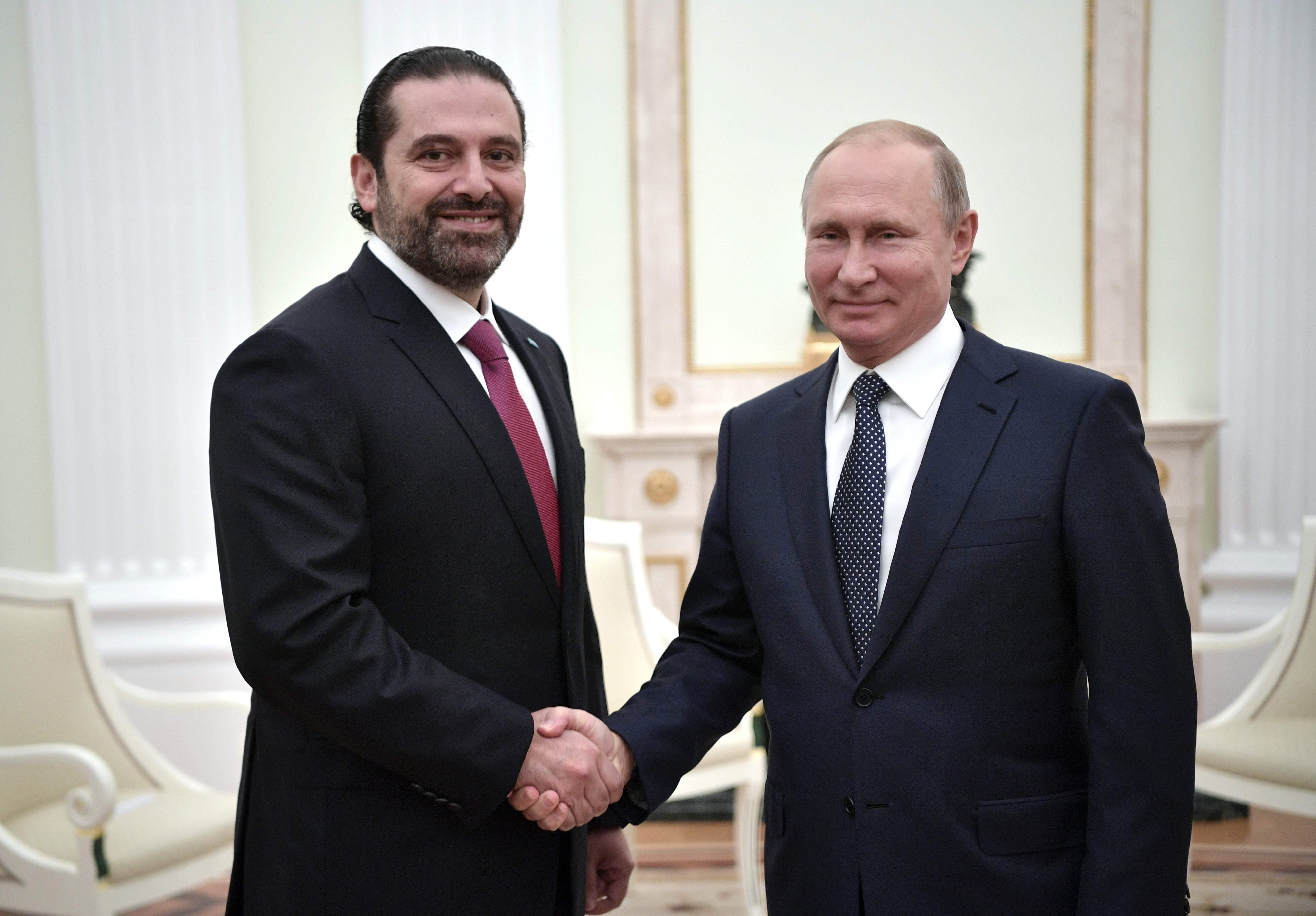 الرئيس الروسى أثناء مصافحته لرئيس الوزراء اللبنانى