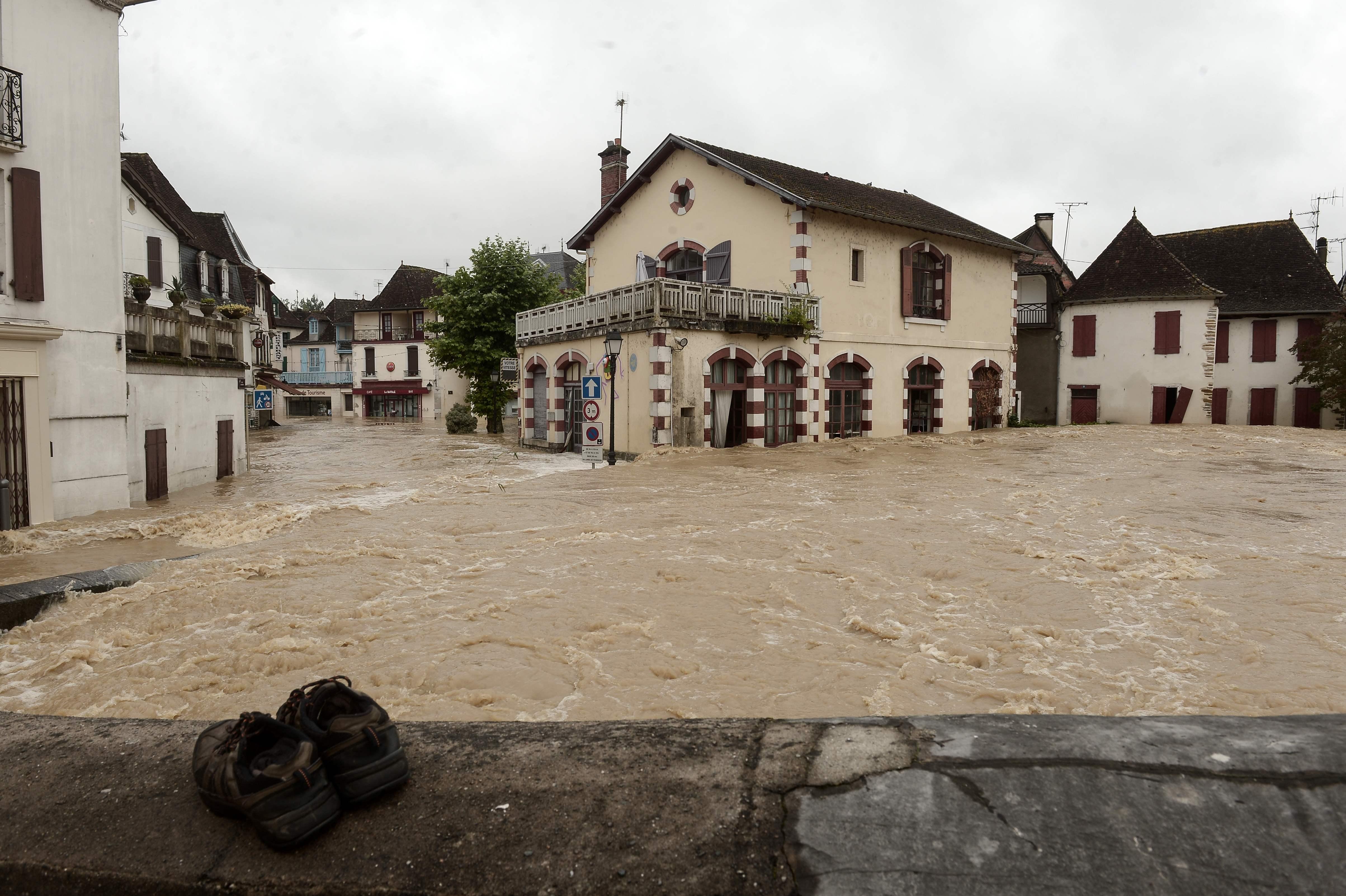 المياه تغمر البيوت والمنازل