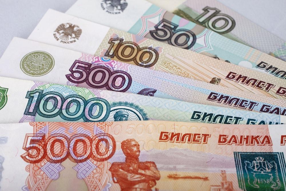 """للمسافرين روسيا.. """"الدولار"""" وسيلة الحصول العملة الروسية"""