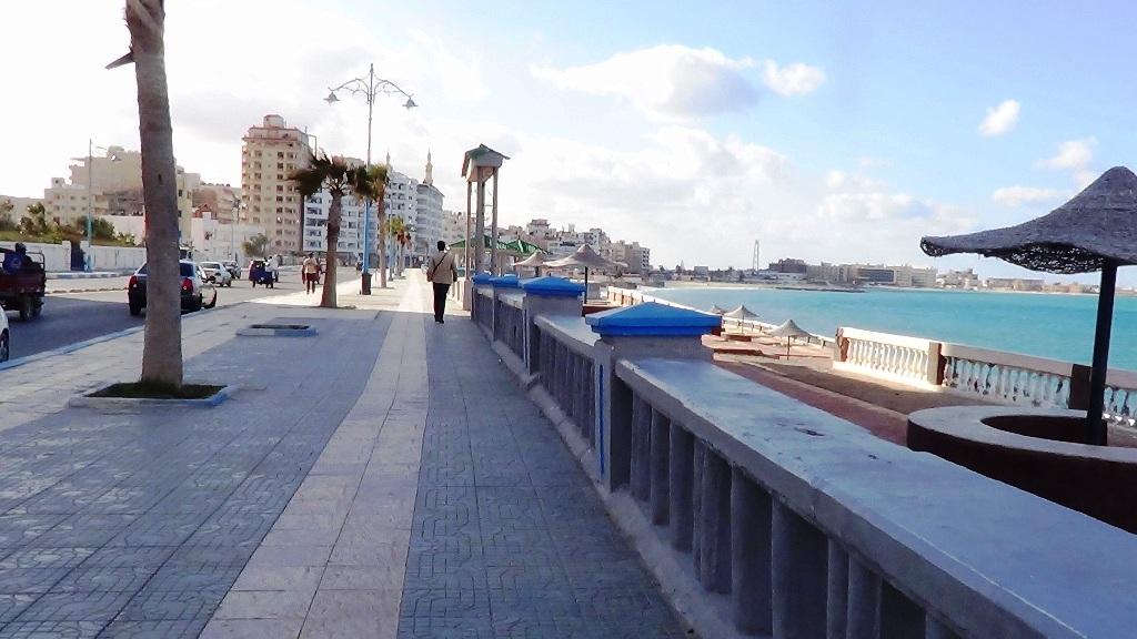 كورنيش مدينة مرسى مطروح يقصده المواطنون للتنزه