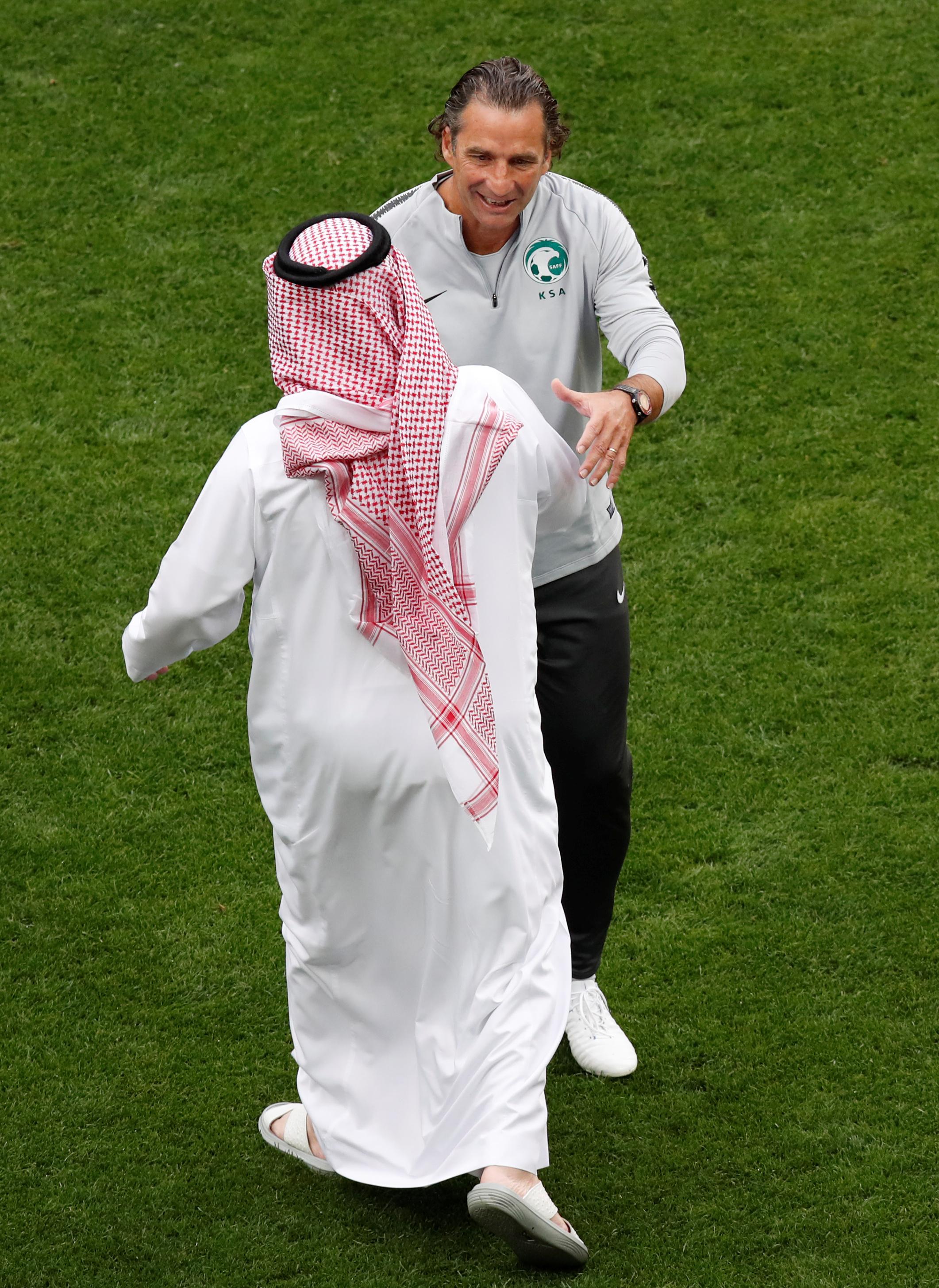 تركي 'ال الشيخ يصافح بيتزي مدرب السعودية