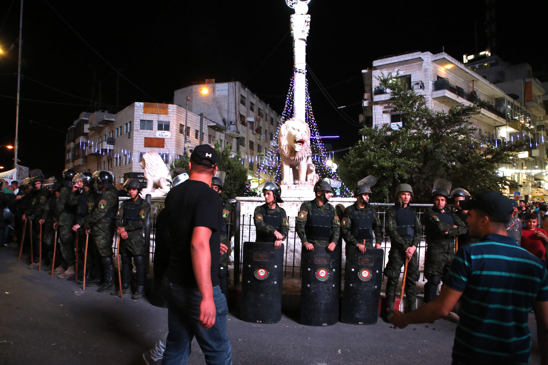 قوات فلسطينية تواجه مظاهرات تضامنية مع موظفى غزة