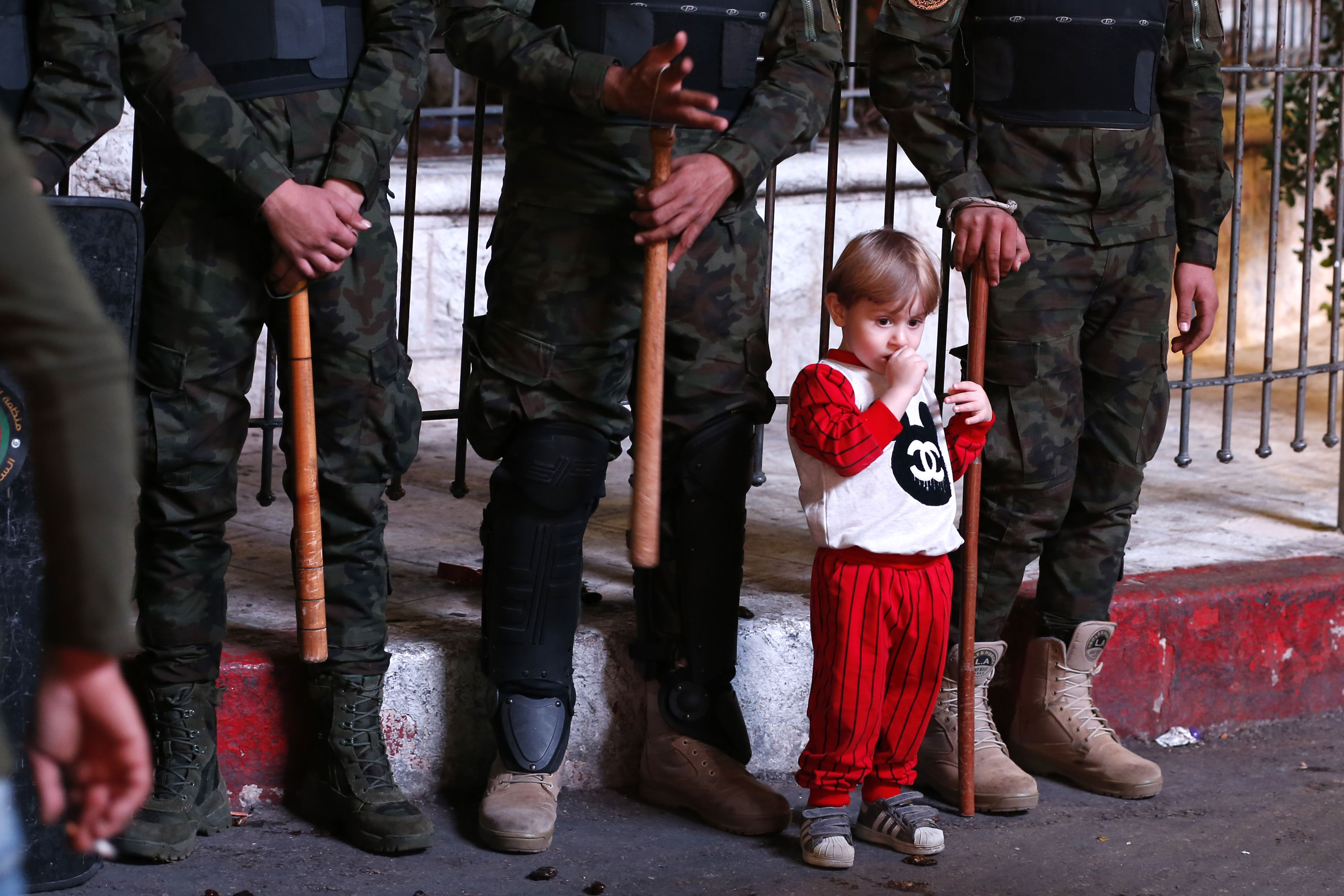 طفل فلسطينى يقف بين الجنود الفلسطينيين فى رام الله