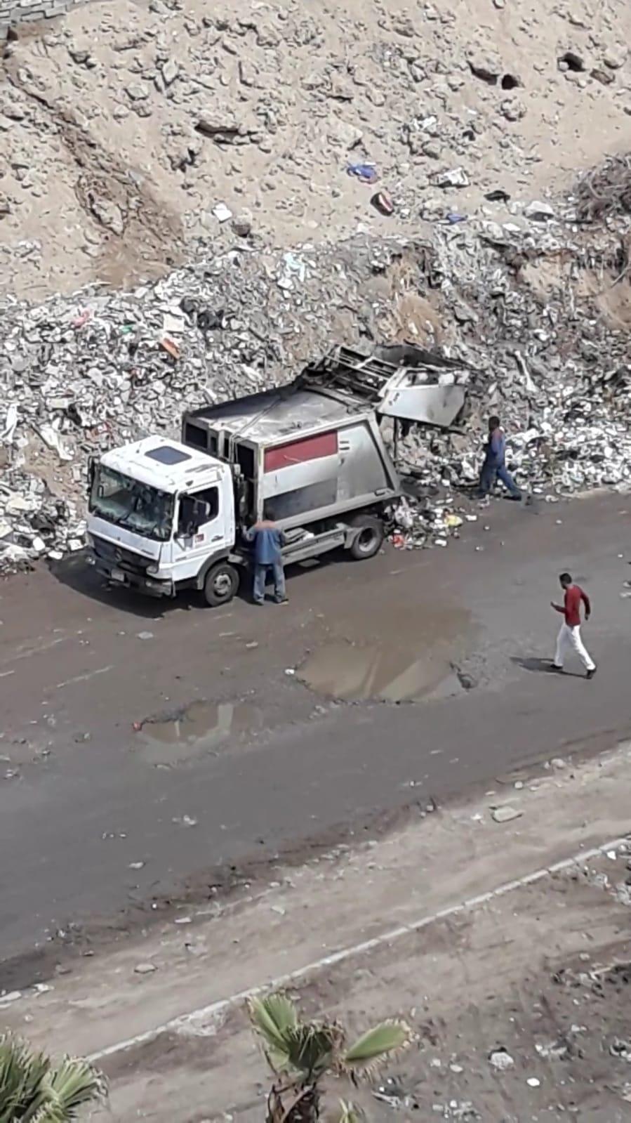 سيارة حى تفرغ القمامة بالشارع
