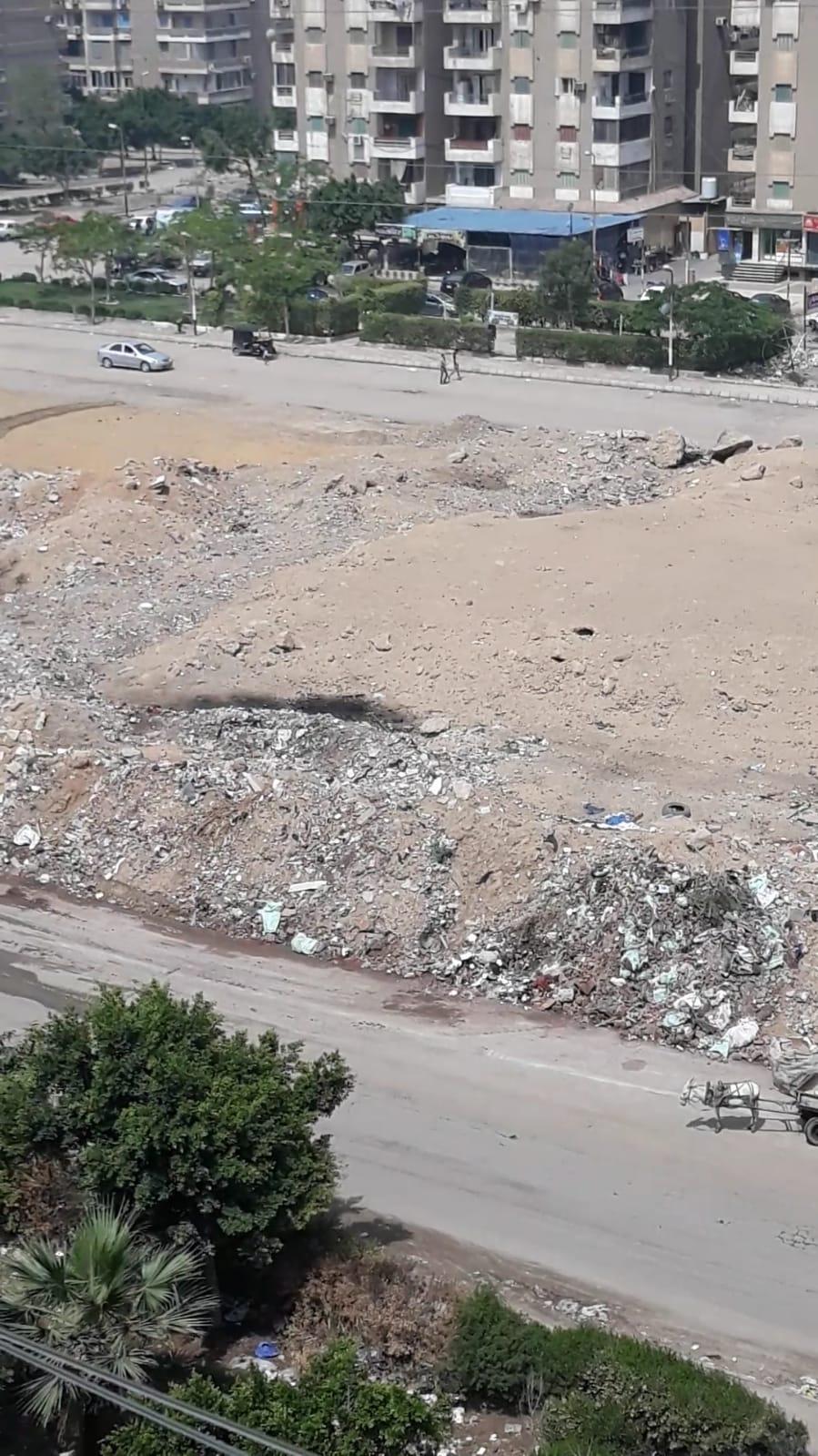 تلال القمامة أمام المساكن