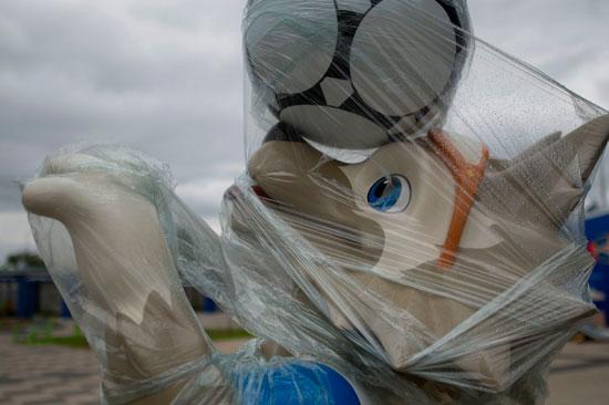 مجسم للتميمة الرسمية لمونديال روسيا 2018