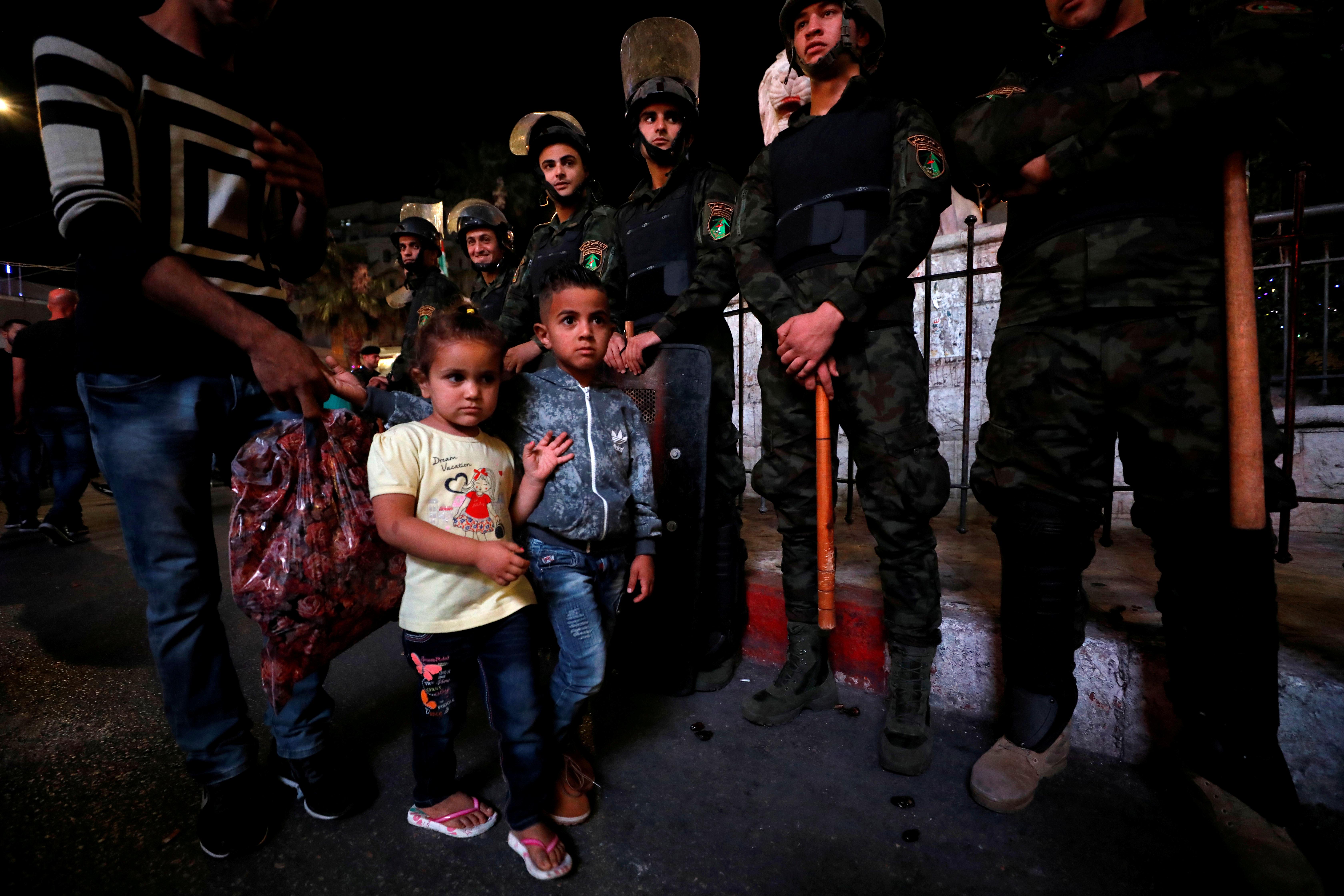 أطفال فلسطينيين وسط المتظاهرين فى رام الله