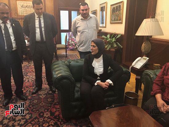 لحظة-وصول-وزيرة-الصحة-لمكتبها-(4)
