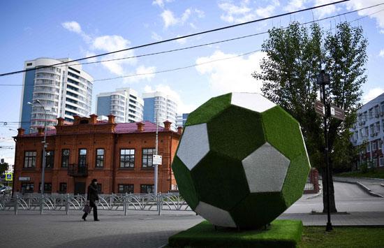 مجسم لكرة القدم أمام الاستاد