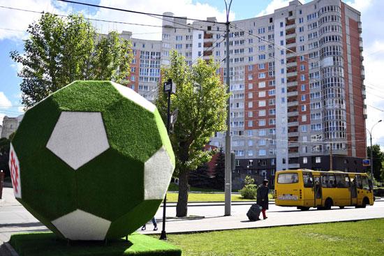 كرة القدم تسيطر على الشوارع المحيطة بملاعب المونديال