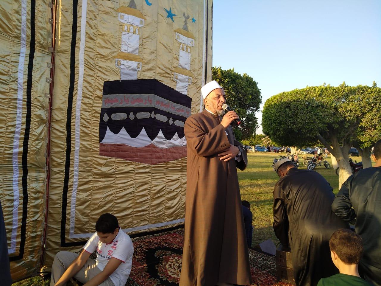 الشيخ سعيد عامر يأم المصلين بساحة التأمين الصحى
