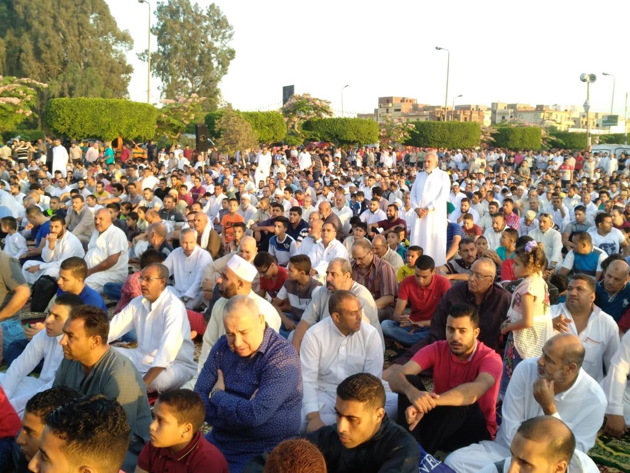 نائب جمعية المستثمرين الدكتور محى حافظ خلال مشاركة اهالى العاشر صلاة العيد