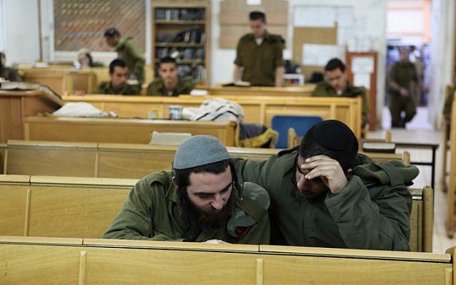 جنود في كتيبة 'نيتسا يهوديا' اليهودية المتشددة يدرسون التوراة