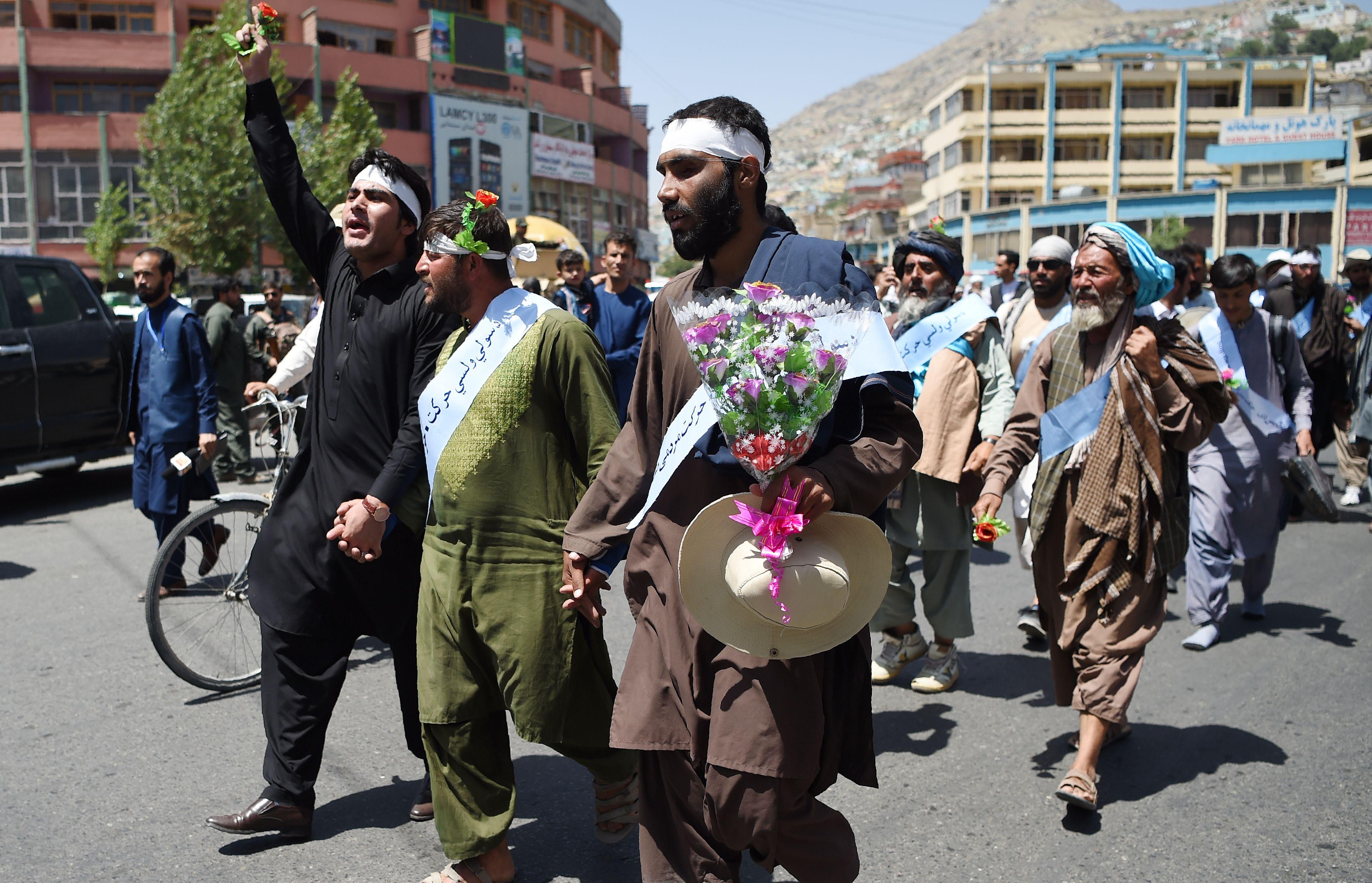 الزهور تتصدر المشهد فى مسيرة السلام