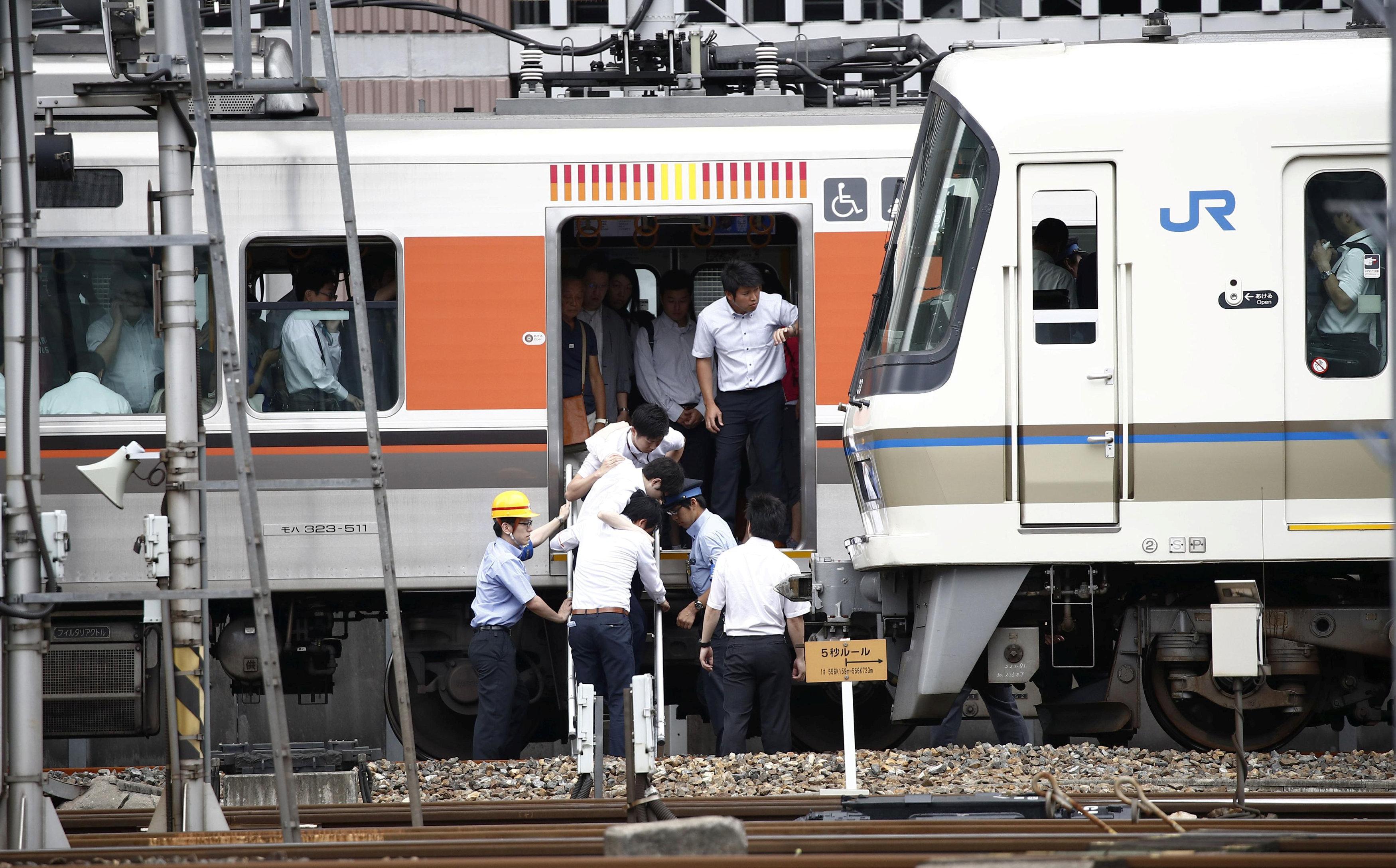 إخلاء القطارات من الركاب بعد الزلزال