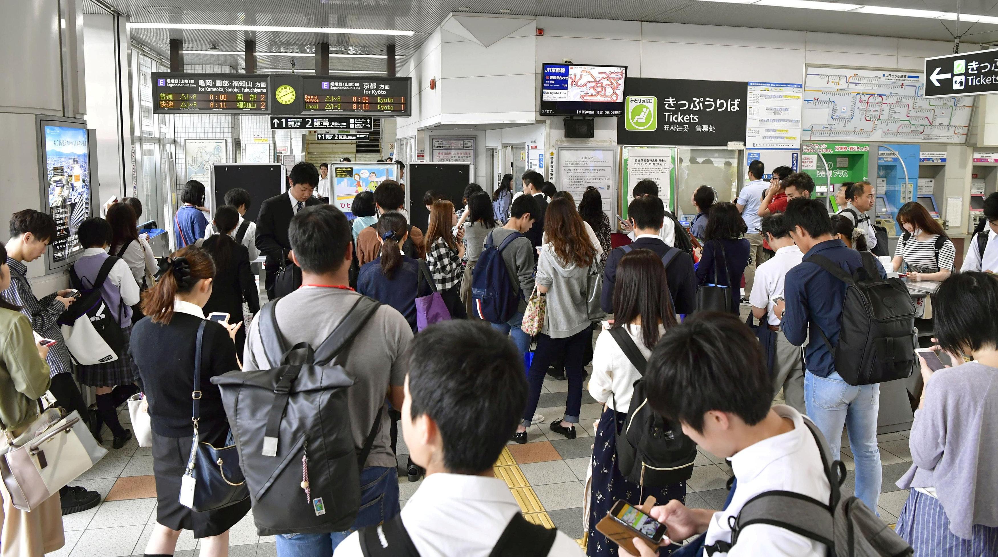 مواطنين يابانيين بانتظار إعادة تشغيل القطارات