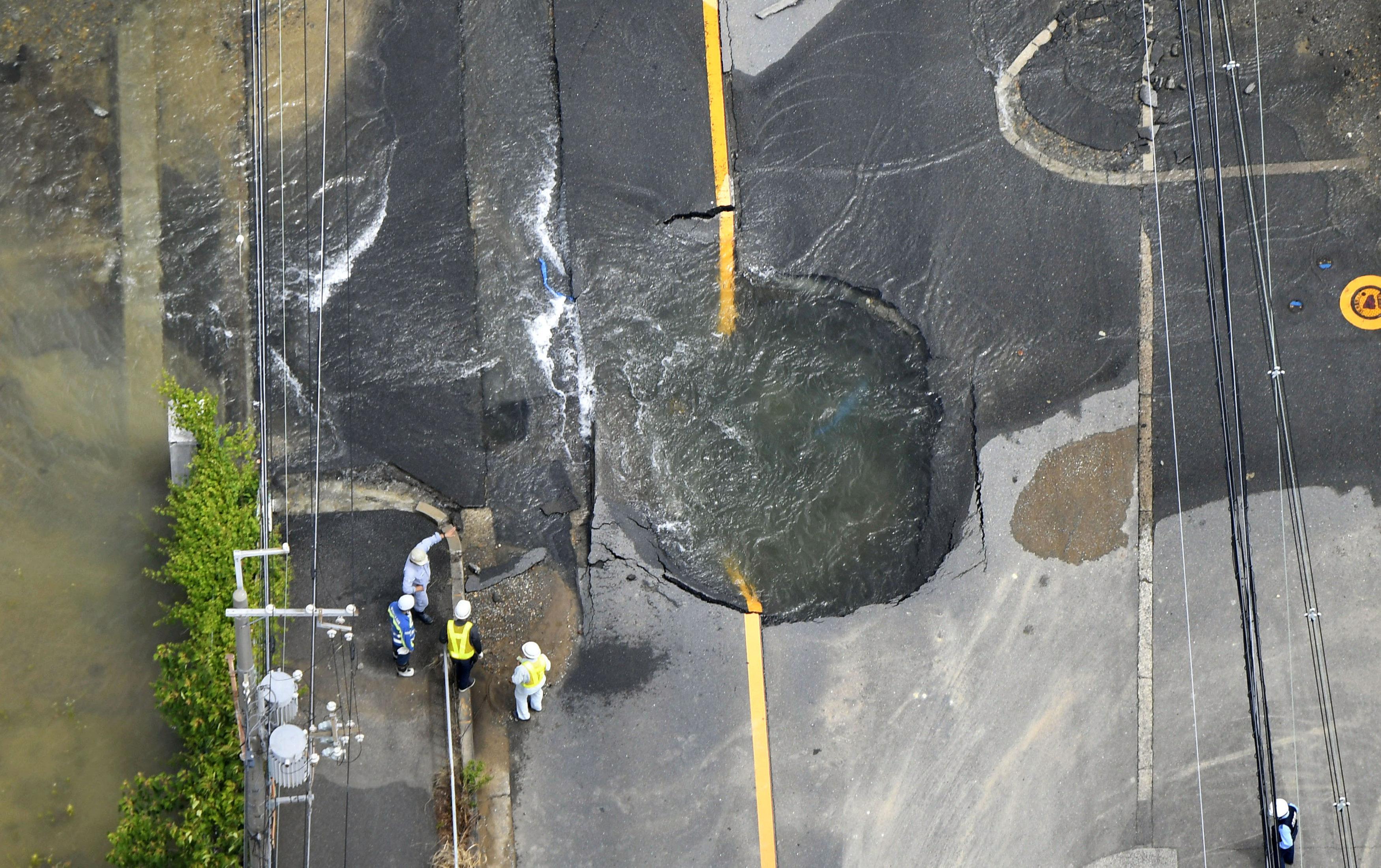 ترشيح مياه على الطرق بعد تشققها بفعل الزلزال