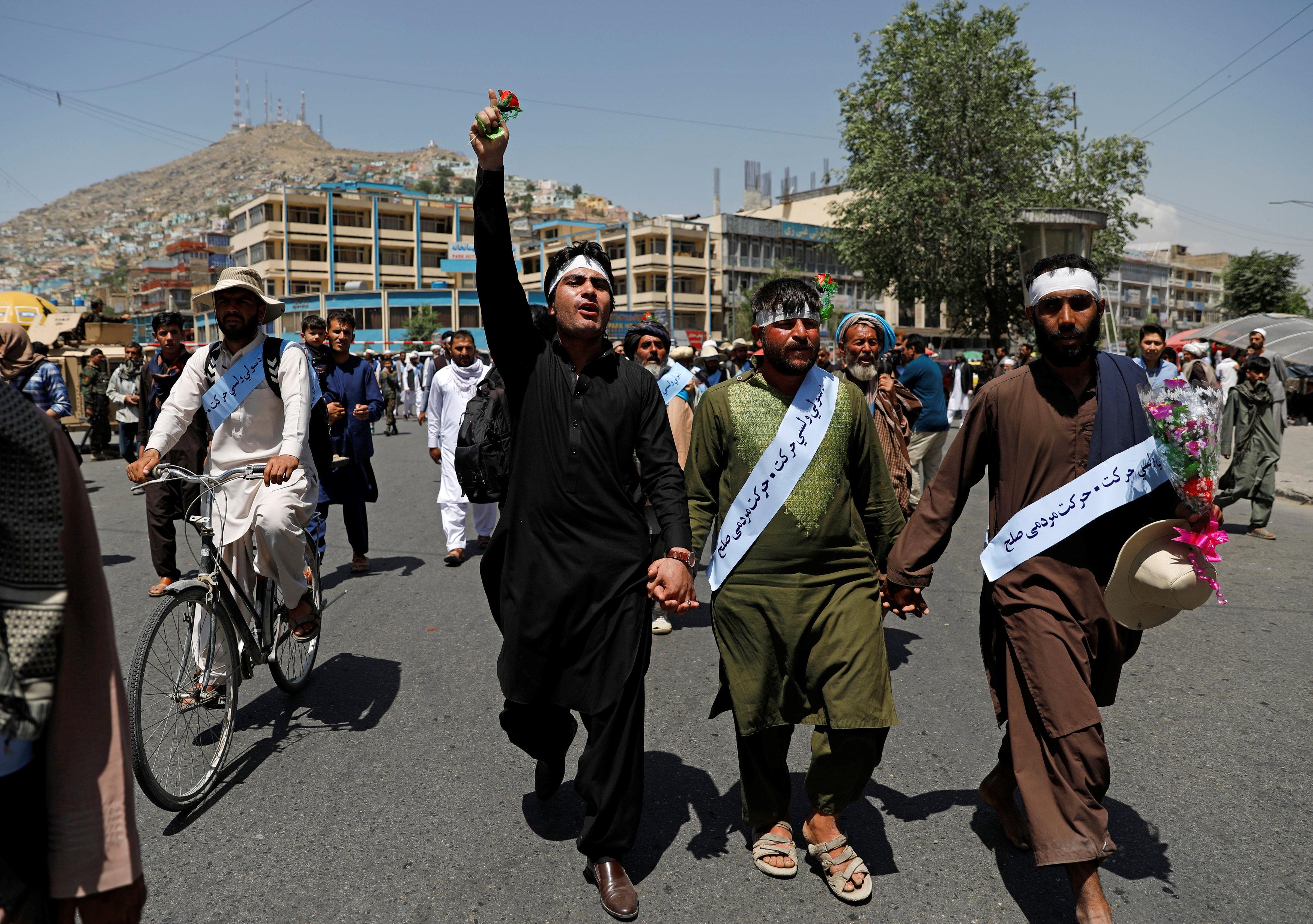 بعض المتظاهرين يحملون الزهور إشارة إلى السلام