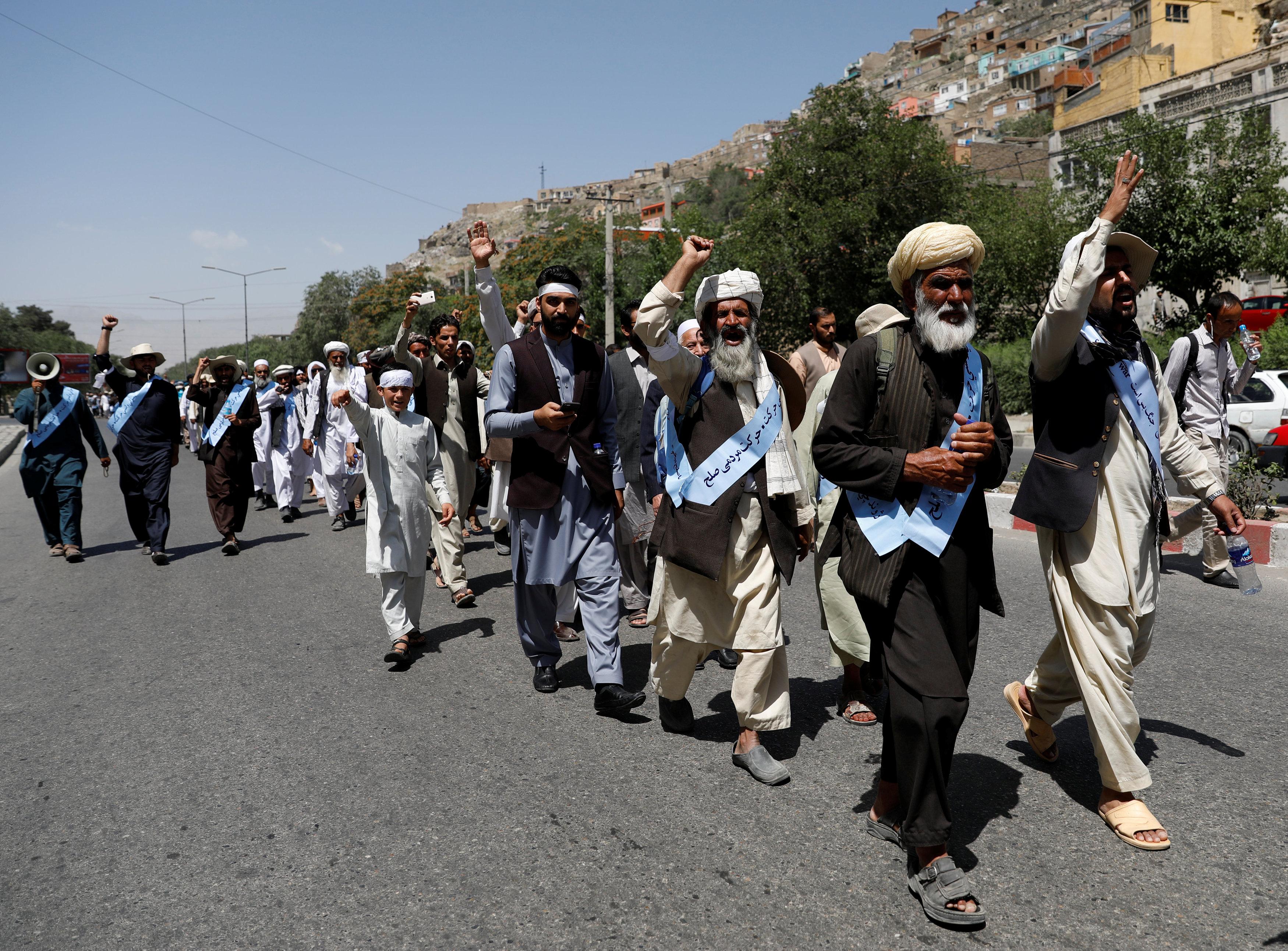 مئات المواطنين فى أفغانستان يشاركون فى مسيرة السلام بكابول