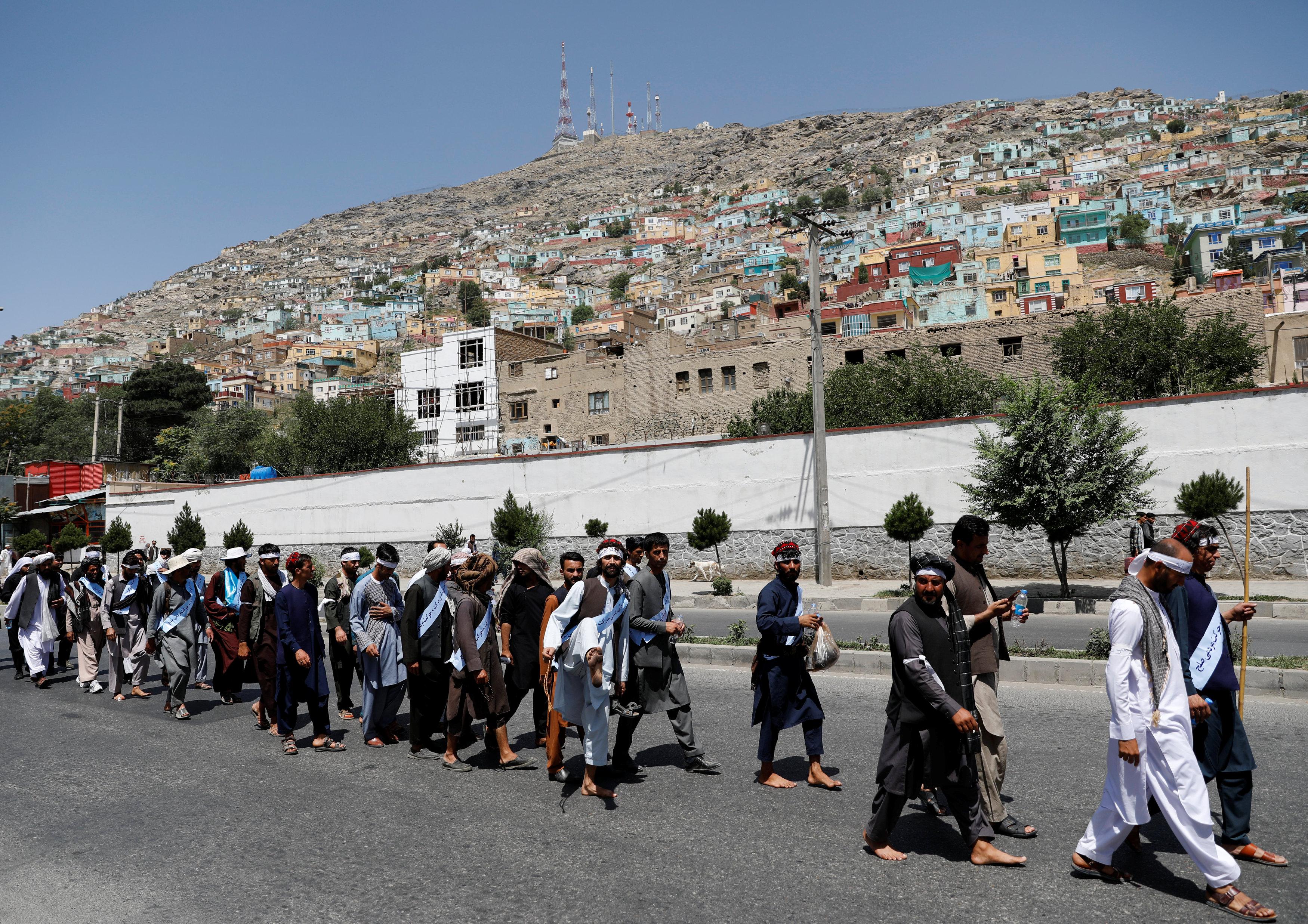 المواطنون الأفغان يشاركون فى مسيرة كابول للسلام