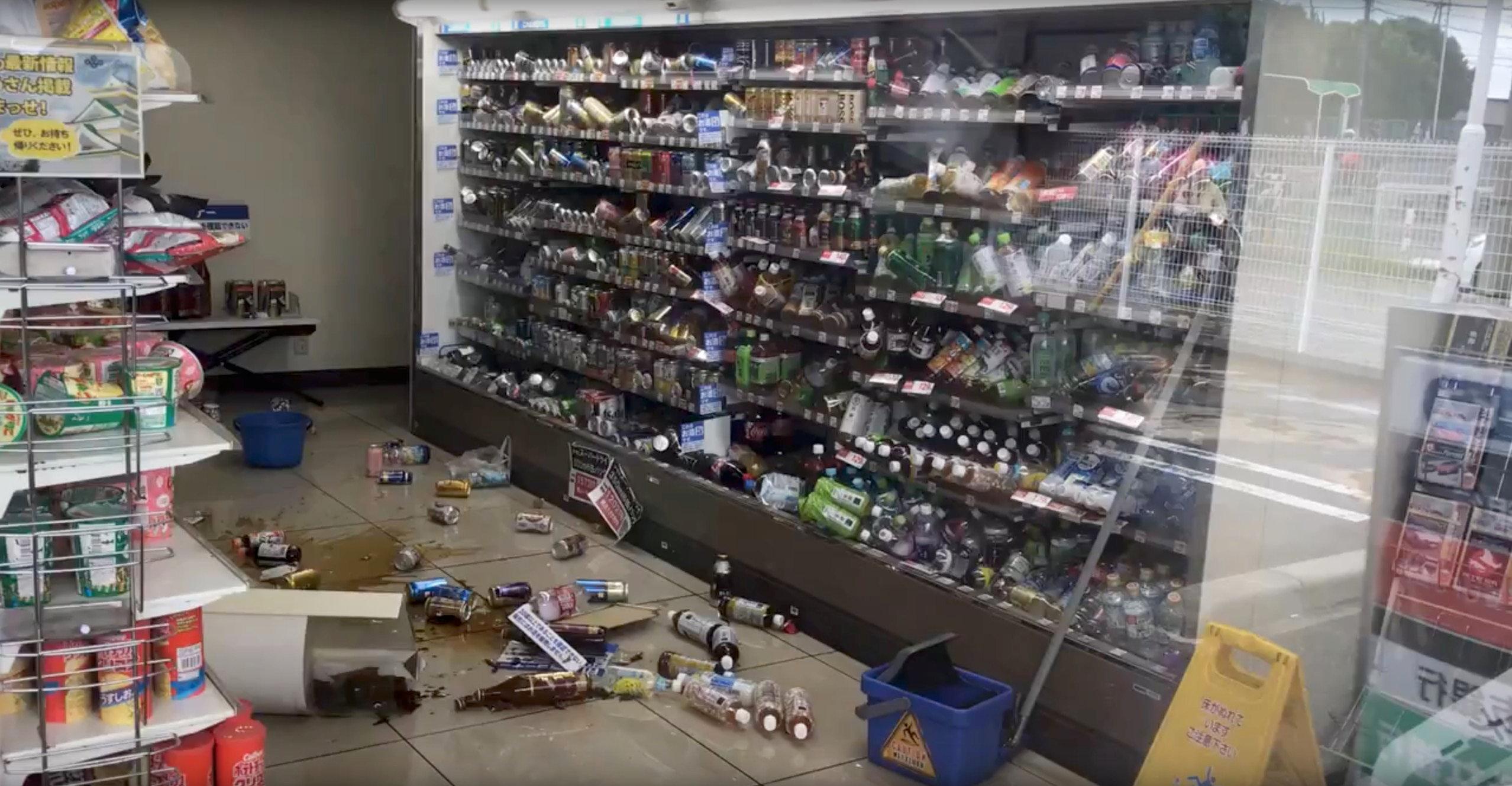 بضائع تساقطت على الأرض فى أحد المحال التجارية بعد الزلزال