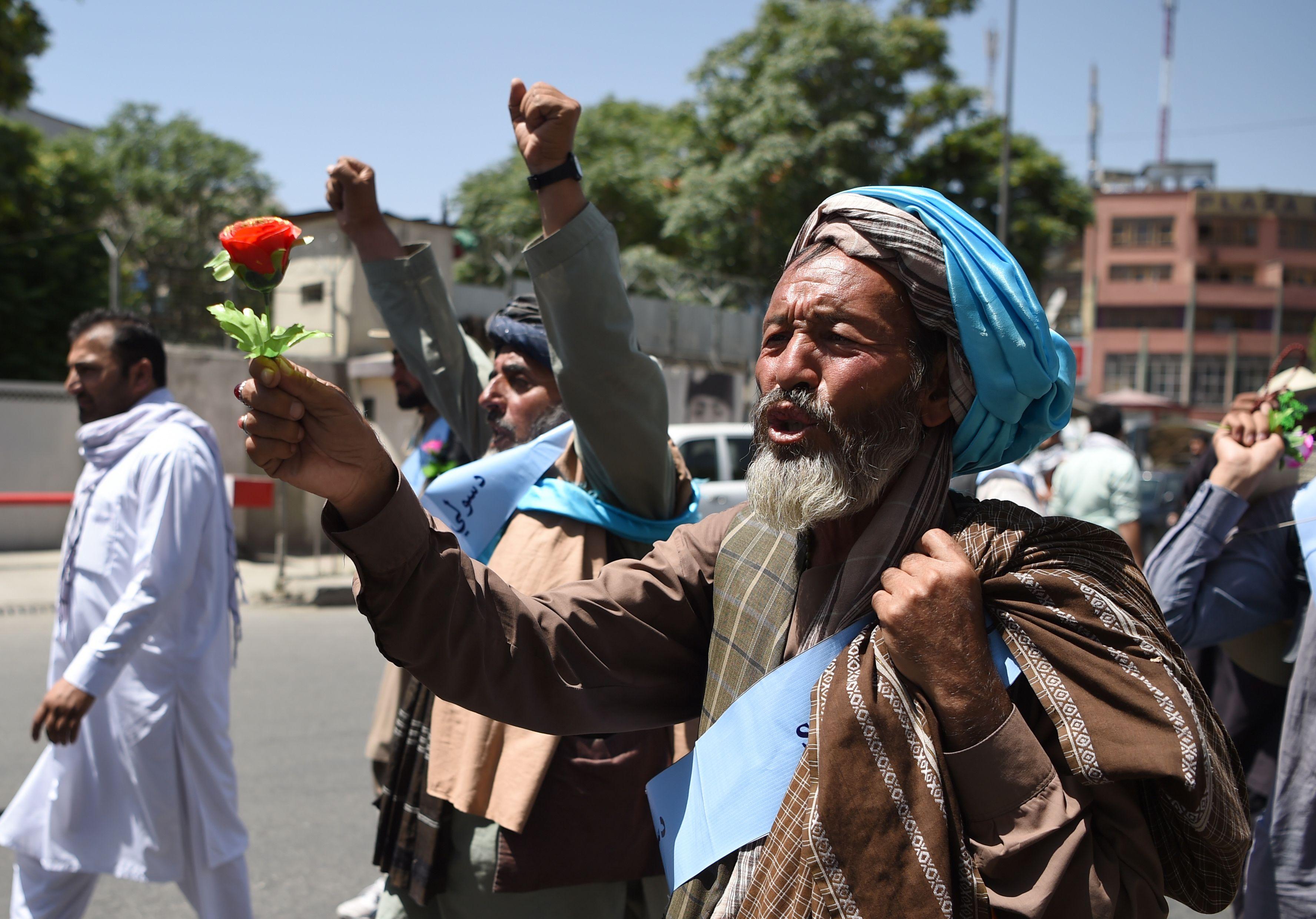 المشاركون فى المسيرة يحملون الزهور رمزا للسلام