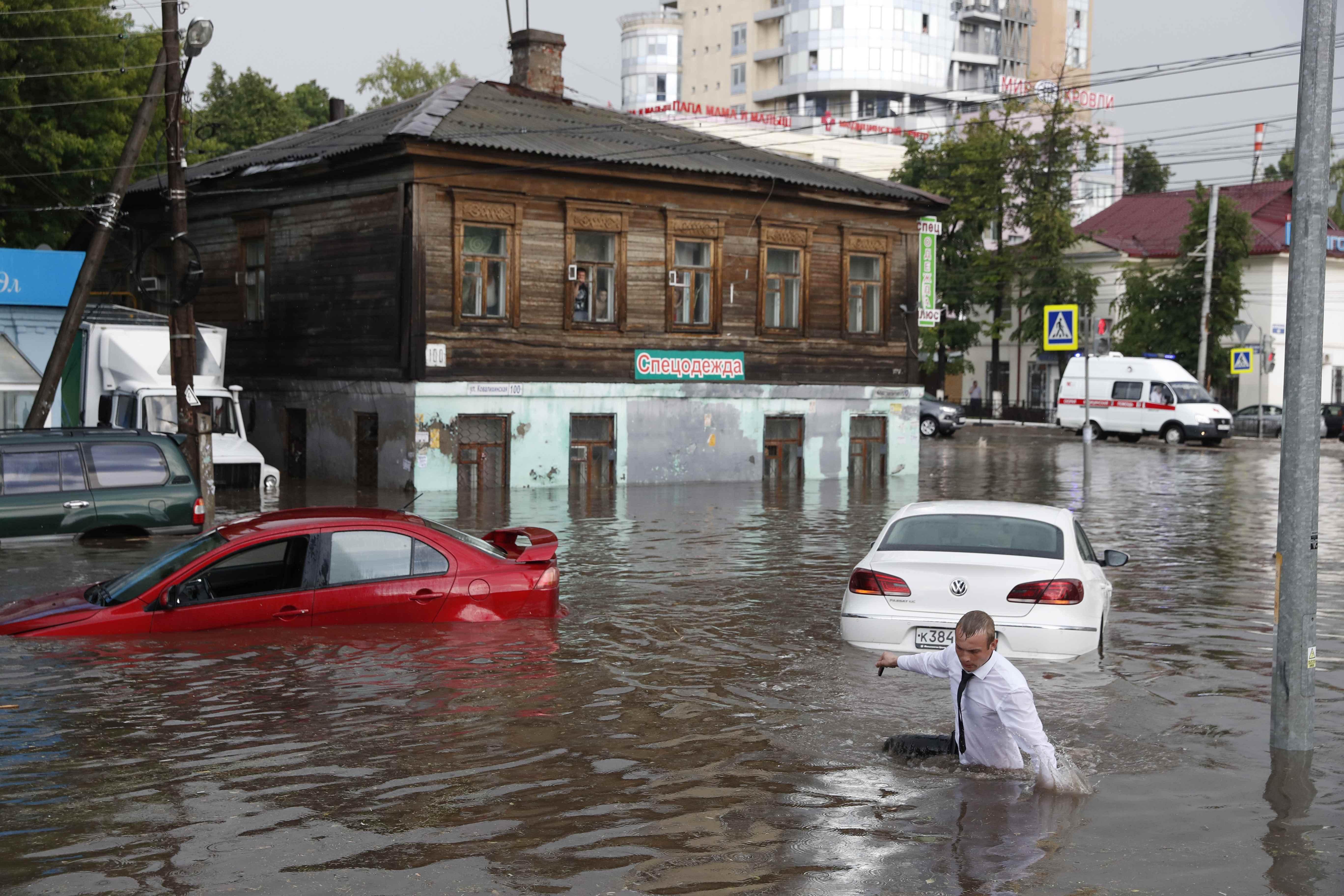 المياه تغطى السيارات