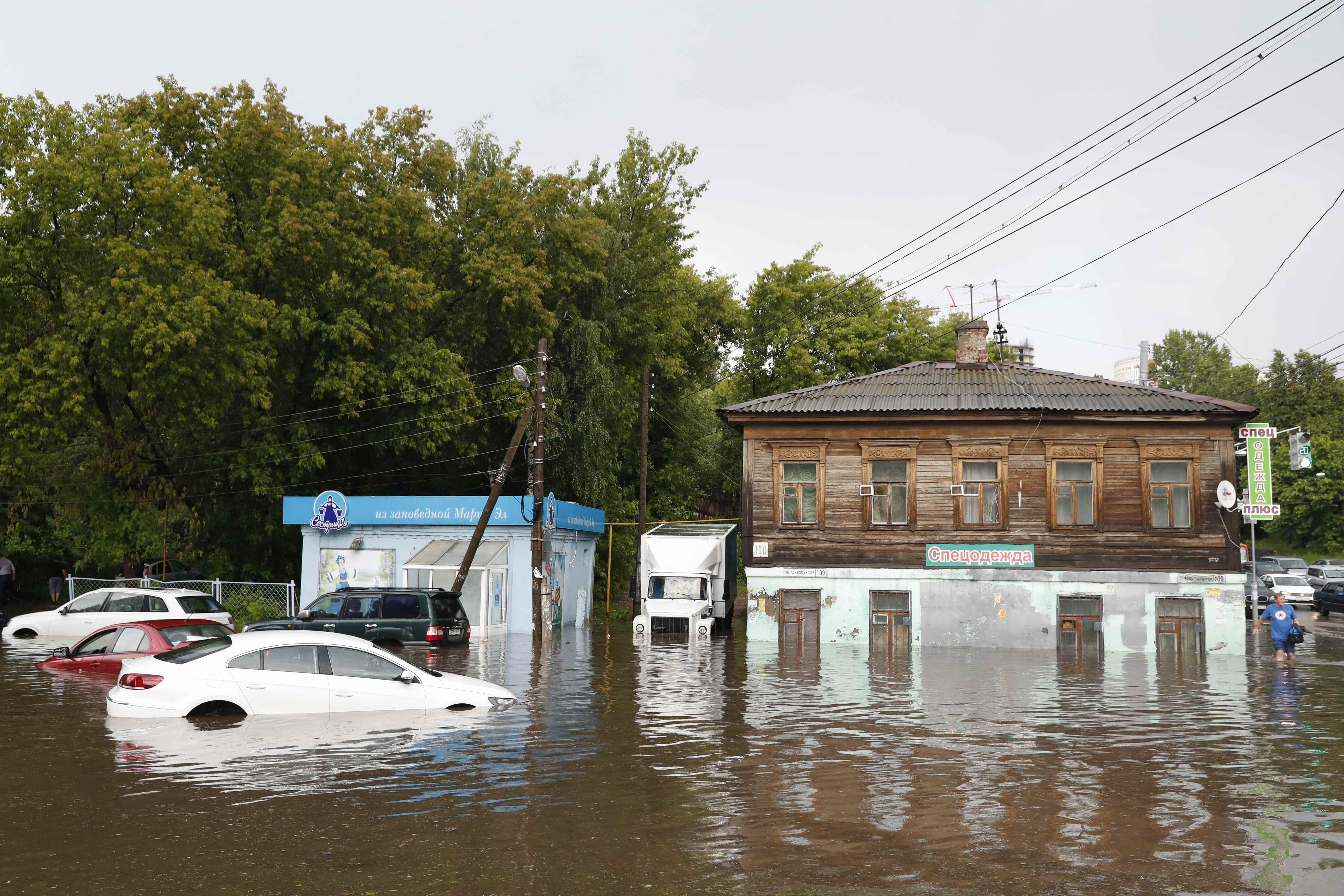 ارتفاع منسوب المياه فى شوارع المدينة الروسية بعد الأمطار