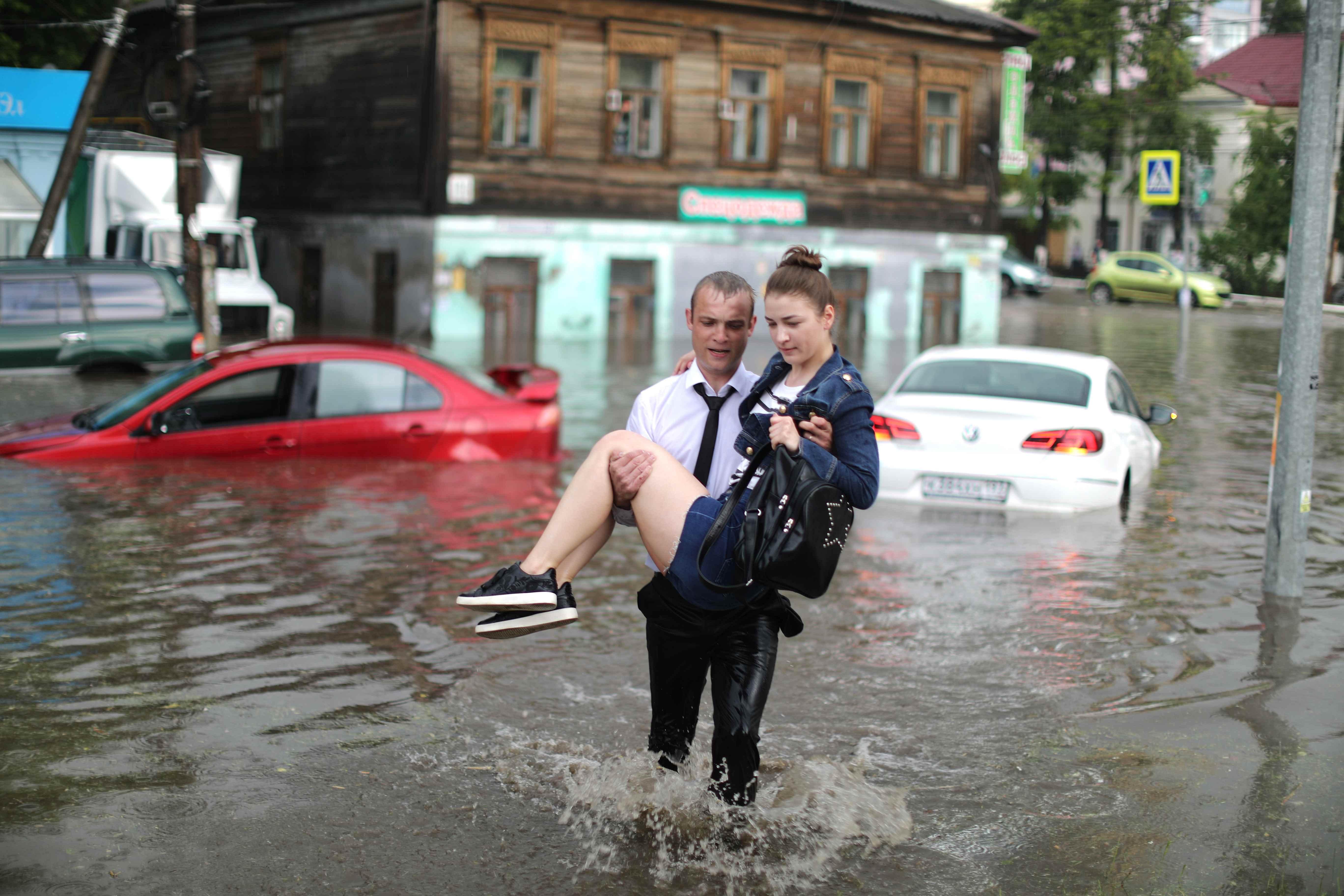 الأمطار غطى شوارع المدينة الروسية