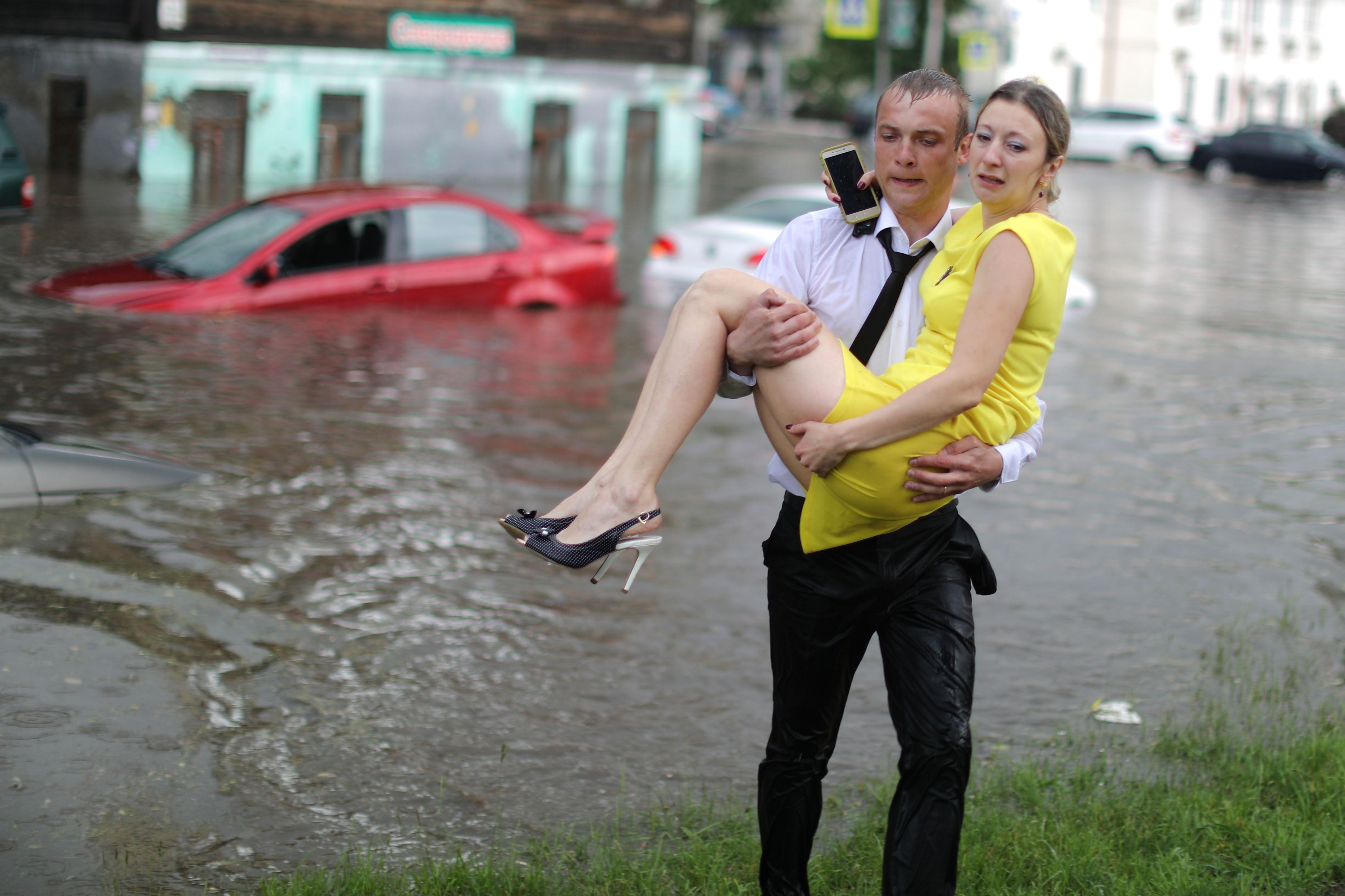 منقذ يحمل إمرأة روسية