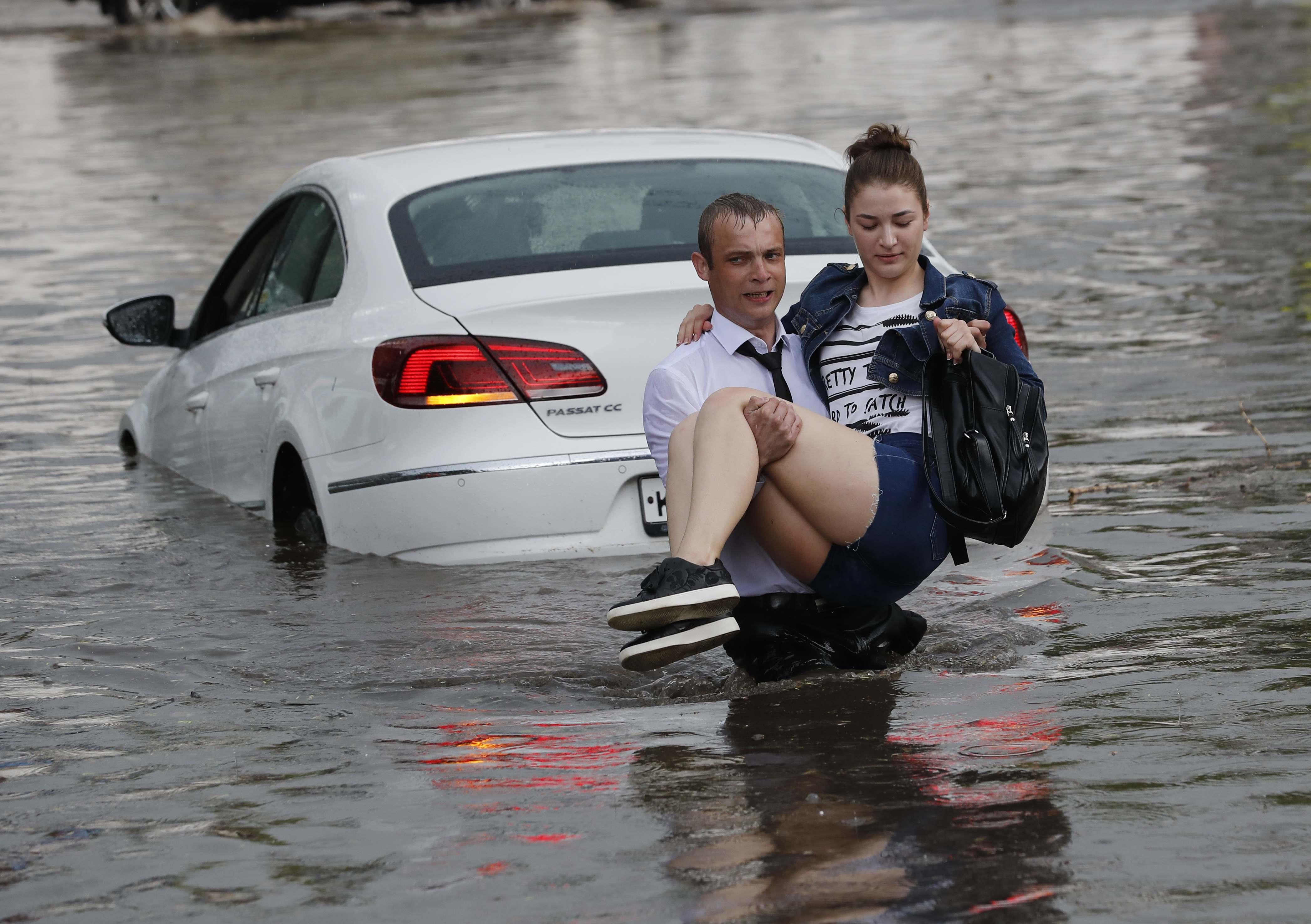 منقذ روسى يحمل سيدة روسية