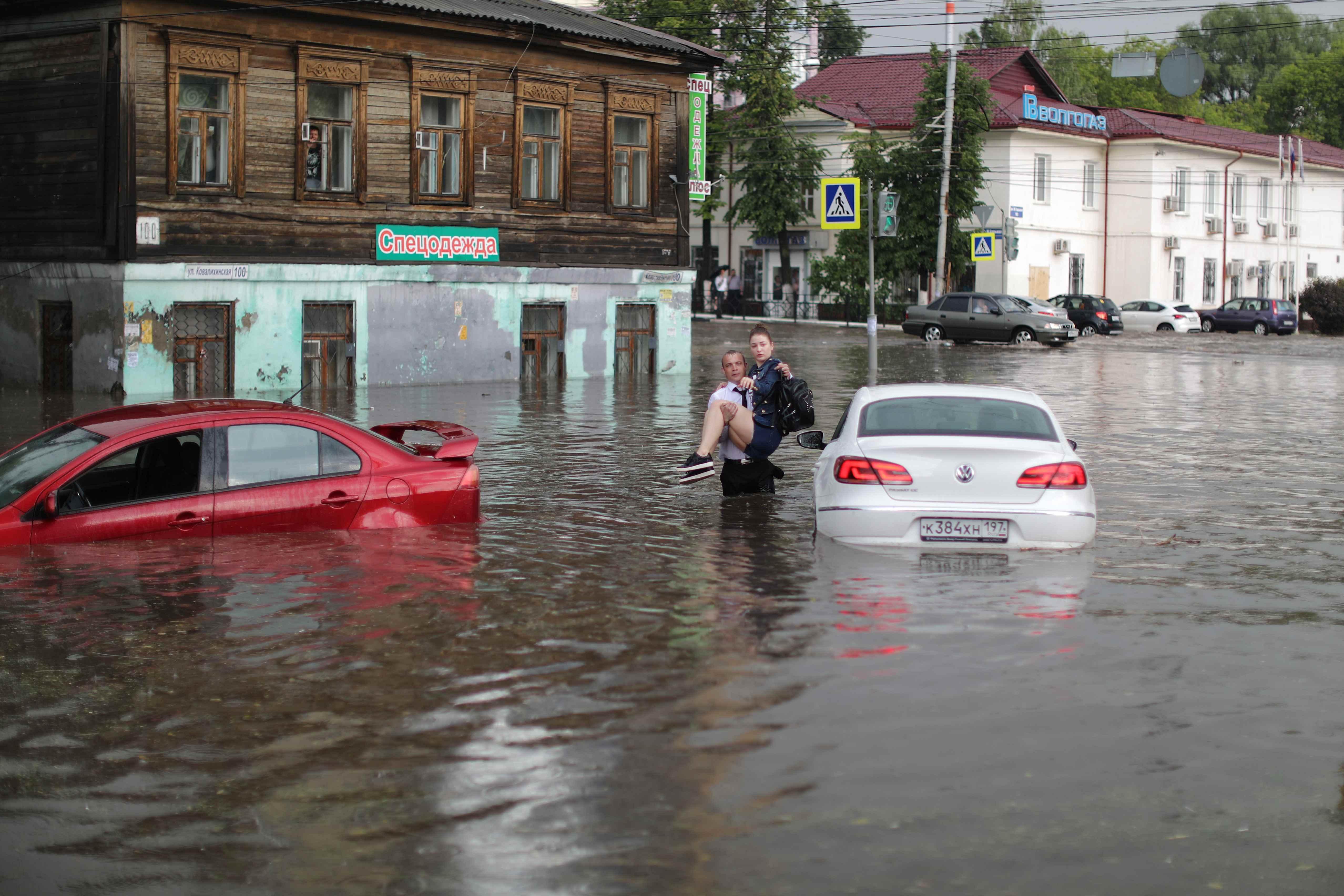 منقذ يحمل سيدة روسية