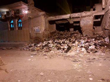 جانب من تراكم القمامة بجوار مسجد