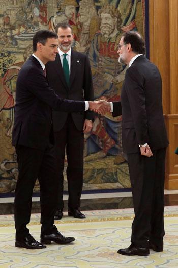 رئيس وزراء إسبانيا السابق يصافح خلفه فى المنصب