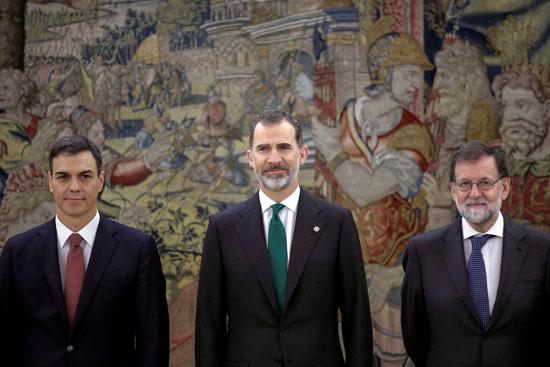 صورة لملك إسبانيا مع رئيسا وزراء البلاد السابق والحالى