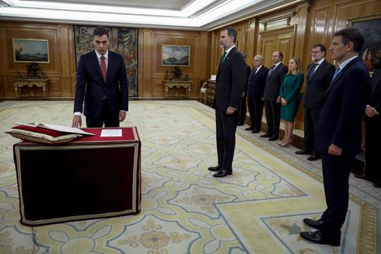 ملك إسبانيا يشهد مراسم أداء اليمين الدستورية لرئيس الوزراء الجديد