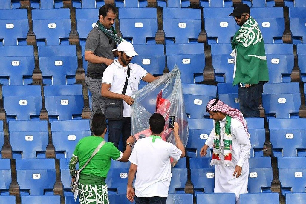 جماهير السعودية تقوم بتنظيف مدرجات الملعب بعد نهاية لقاء اوروجواى (3)