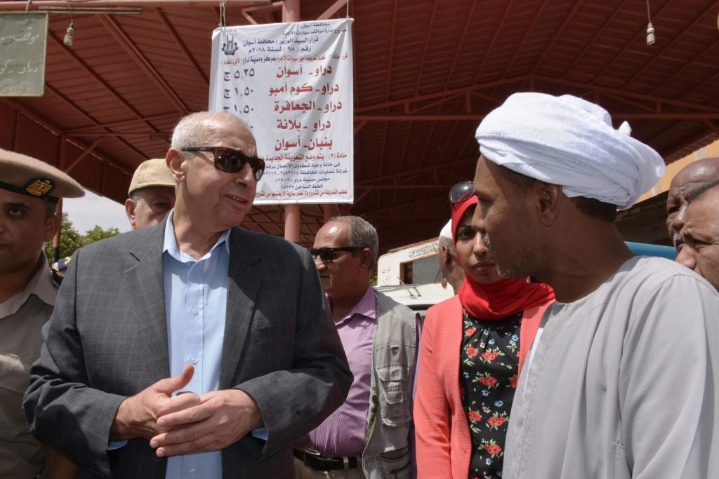 محافظ أسوان يلتقى المواطنين