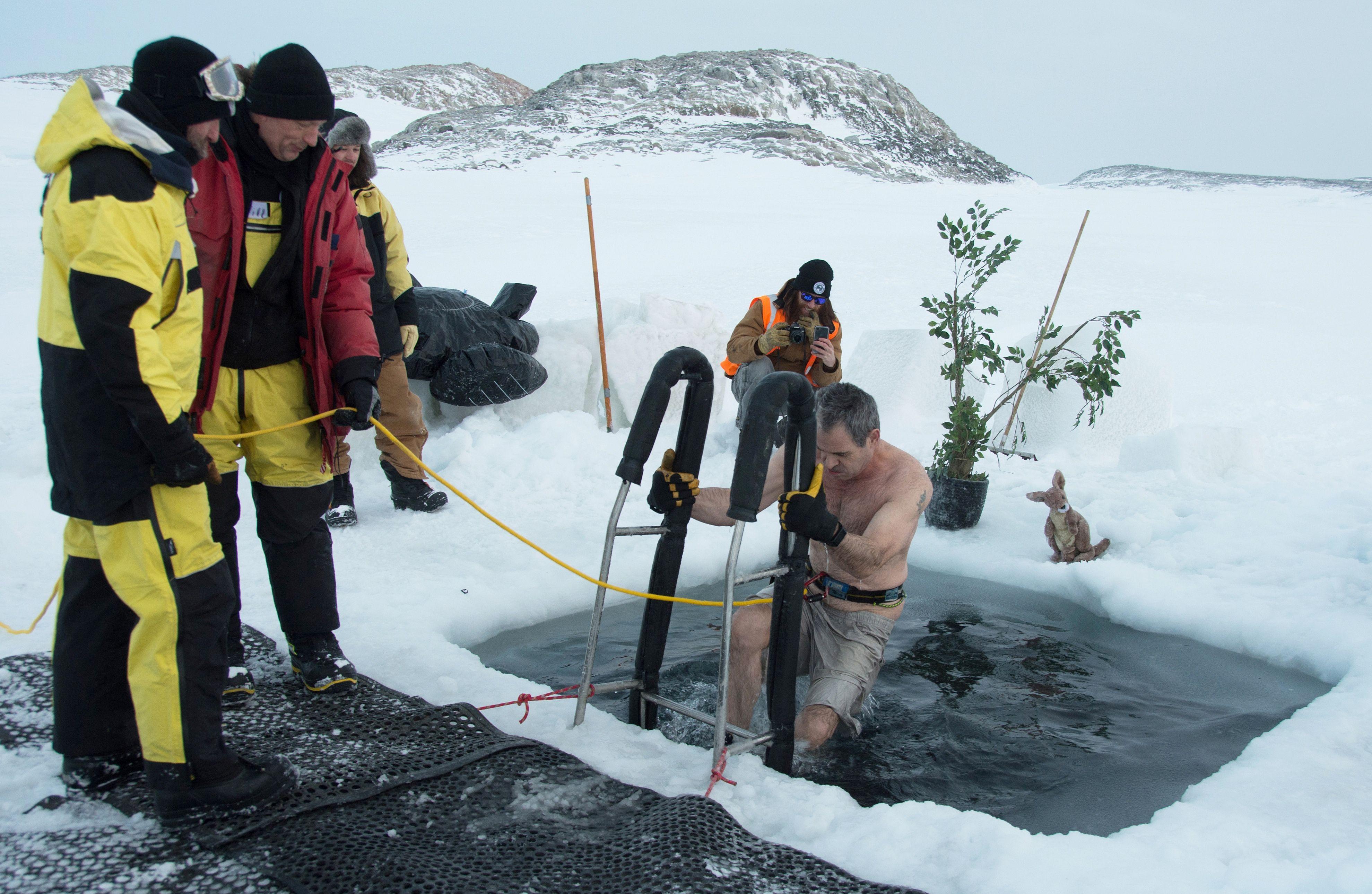 رجل يخرج من المياه الجليدية