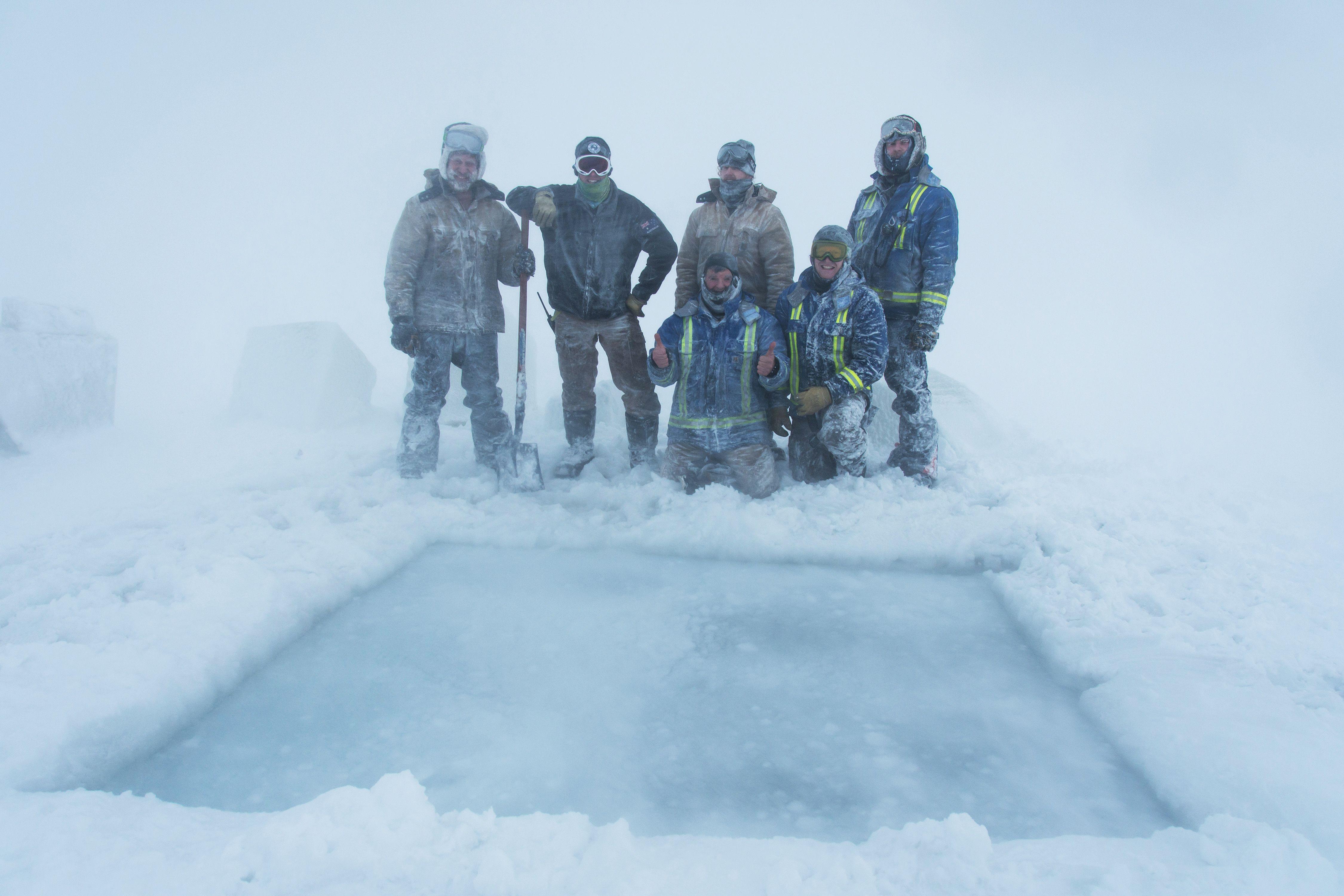 عدد من الأشخاص يلتقطون صورة تذكارية وسط الثلوج
