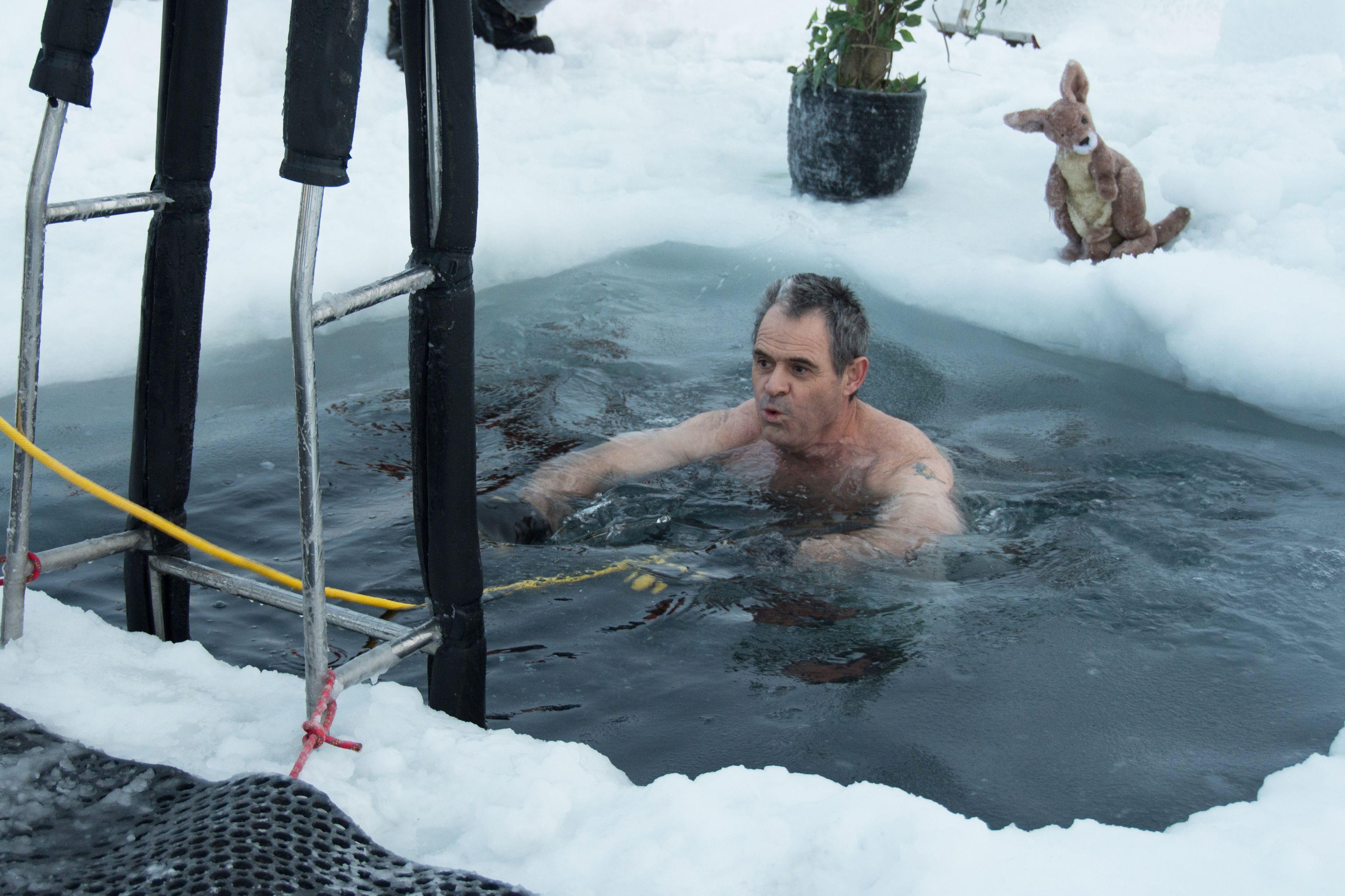 رجل يسبح فى المياه الجليدية