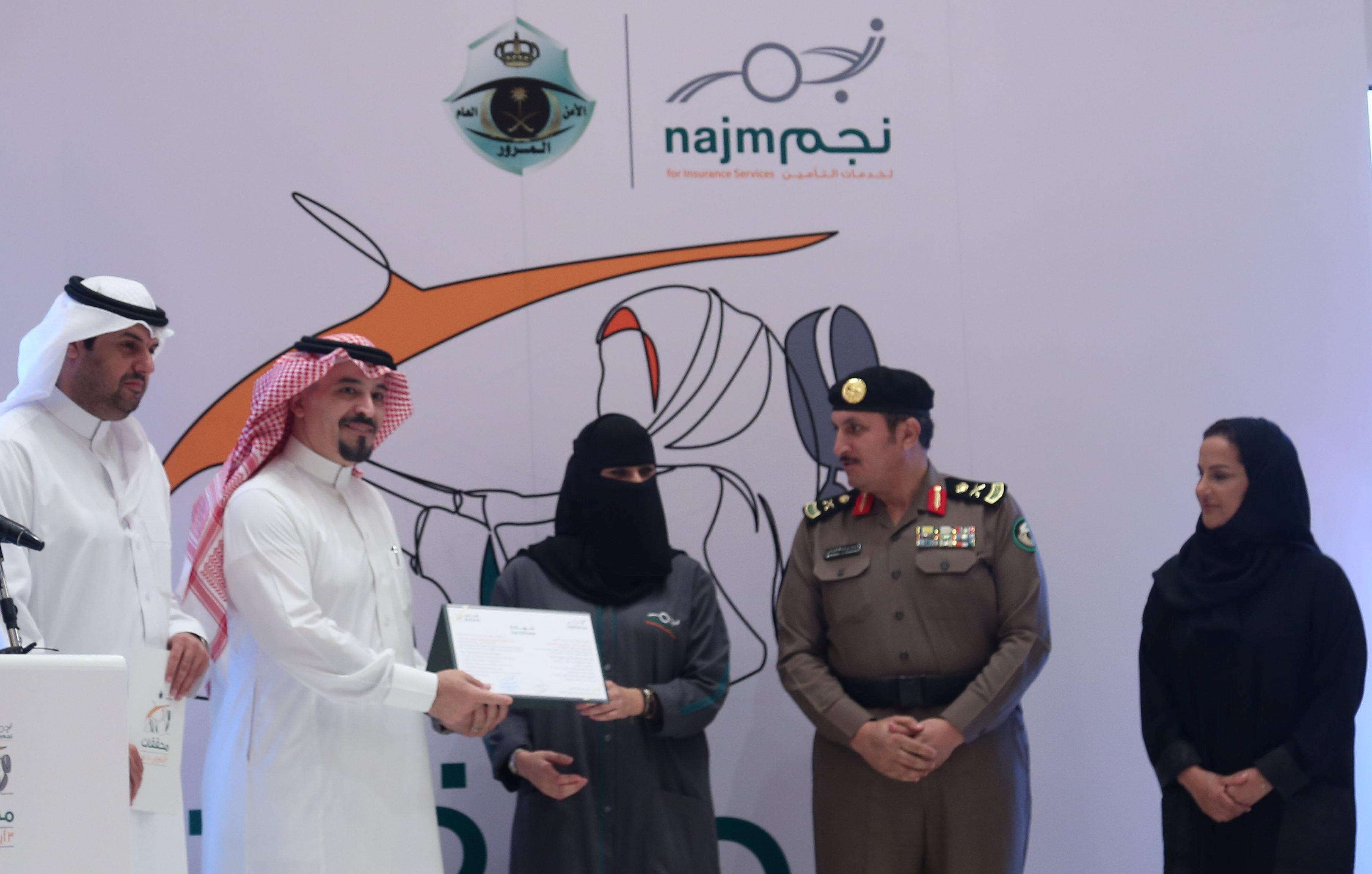 تسليم إحدى المشاركات شهادة تخرج