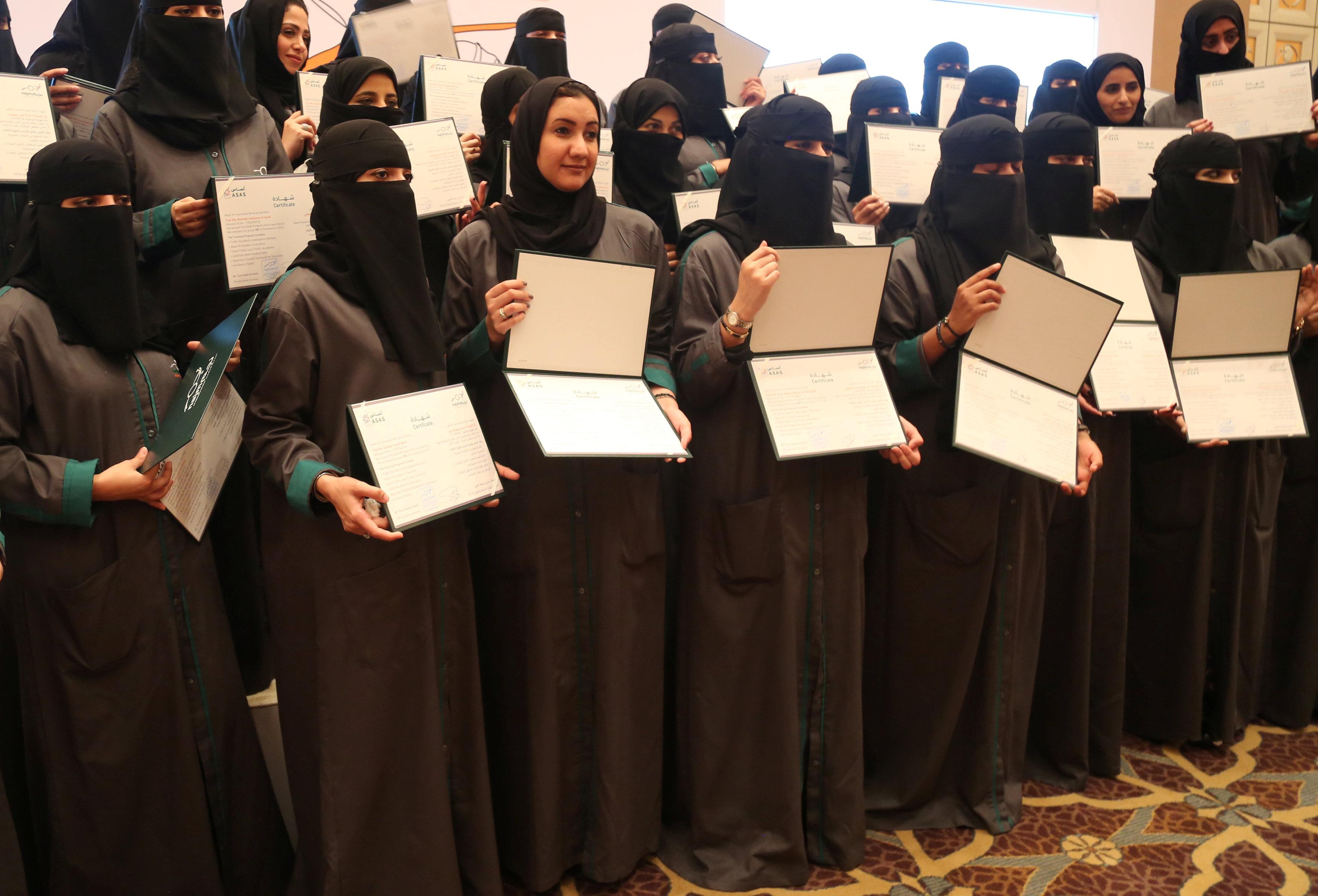 المرأة السعودية تشارك فى نقاط التفتيش المرورية