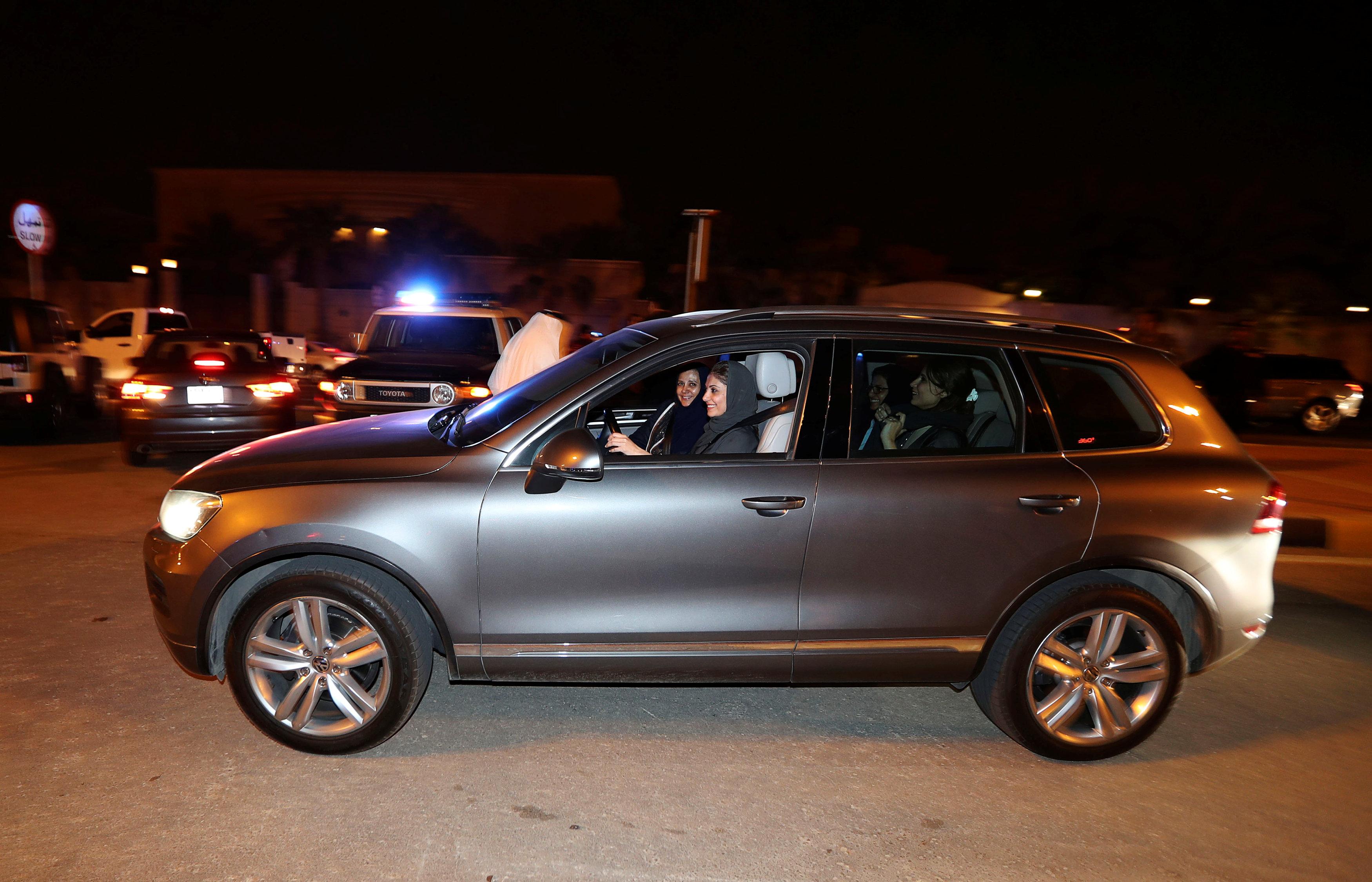 سيدة سعودية تقود سيارتها في محافظة الخبر