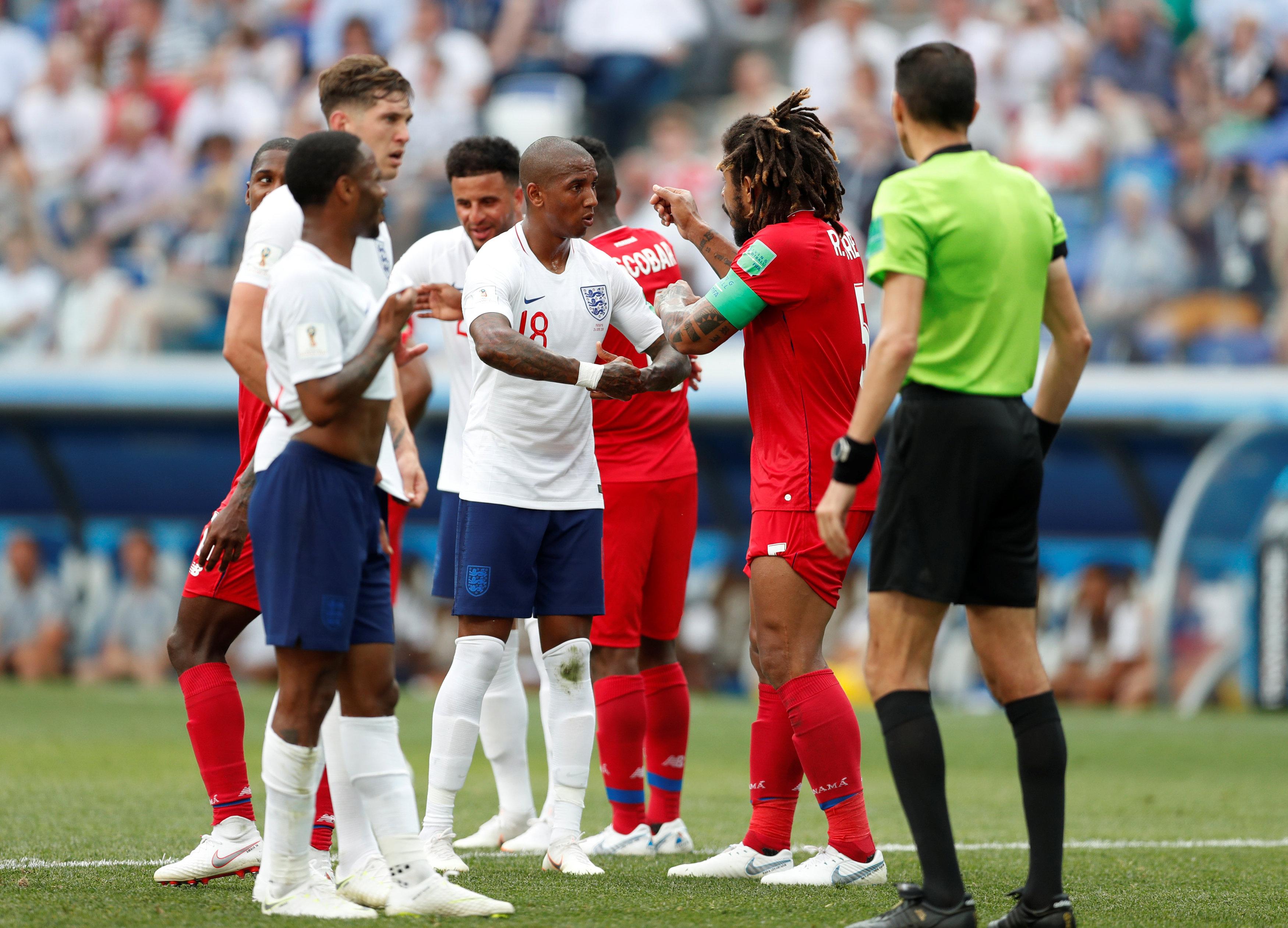 جهاد جريشة يقف أمام لاعبى منتخب إنجلترا وبنما