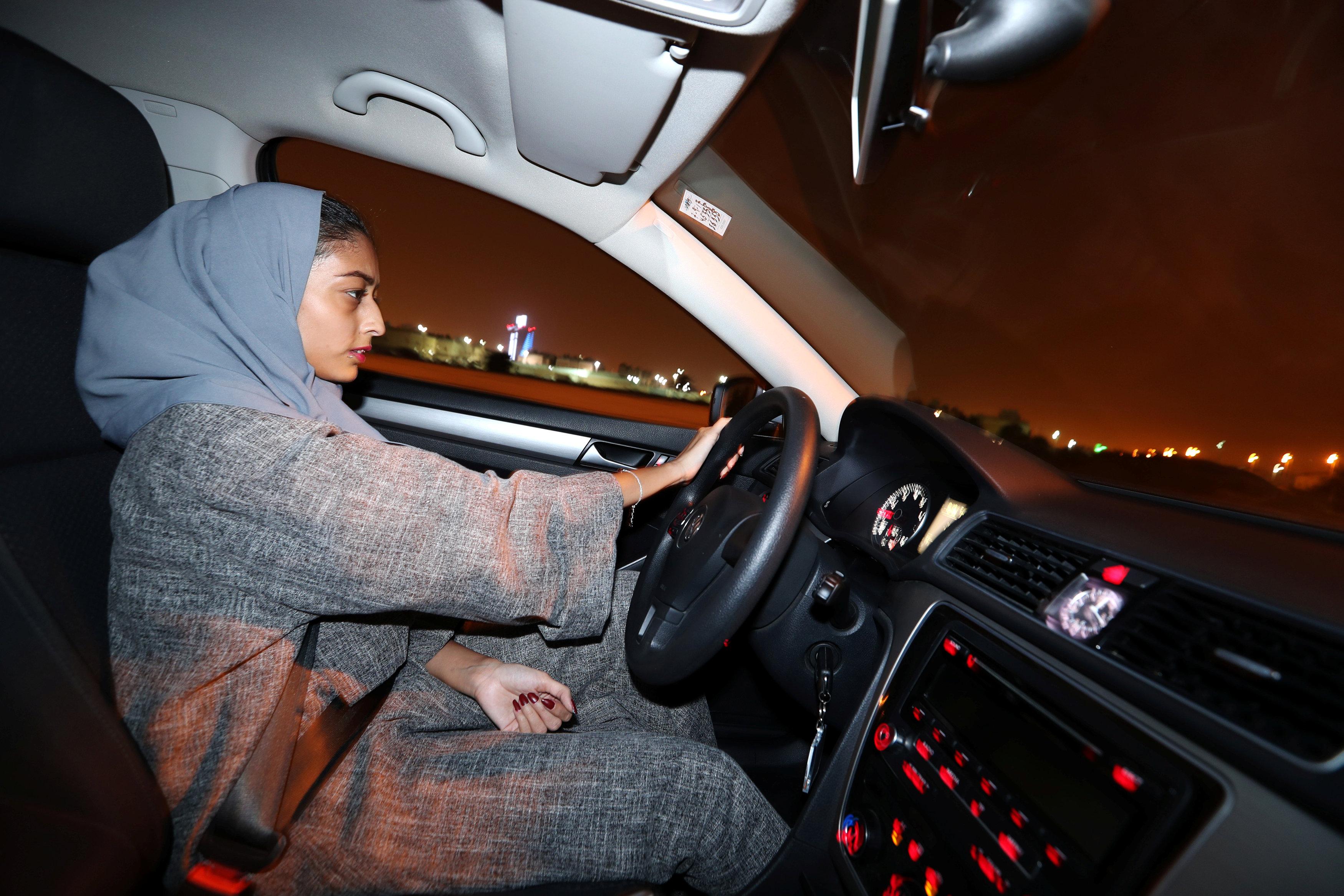 فتاة سعودية تقود سيارتها